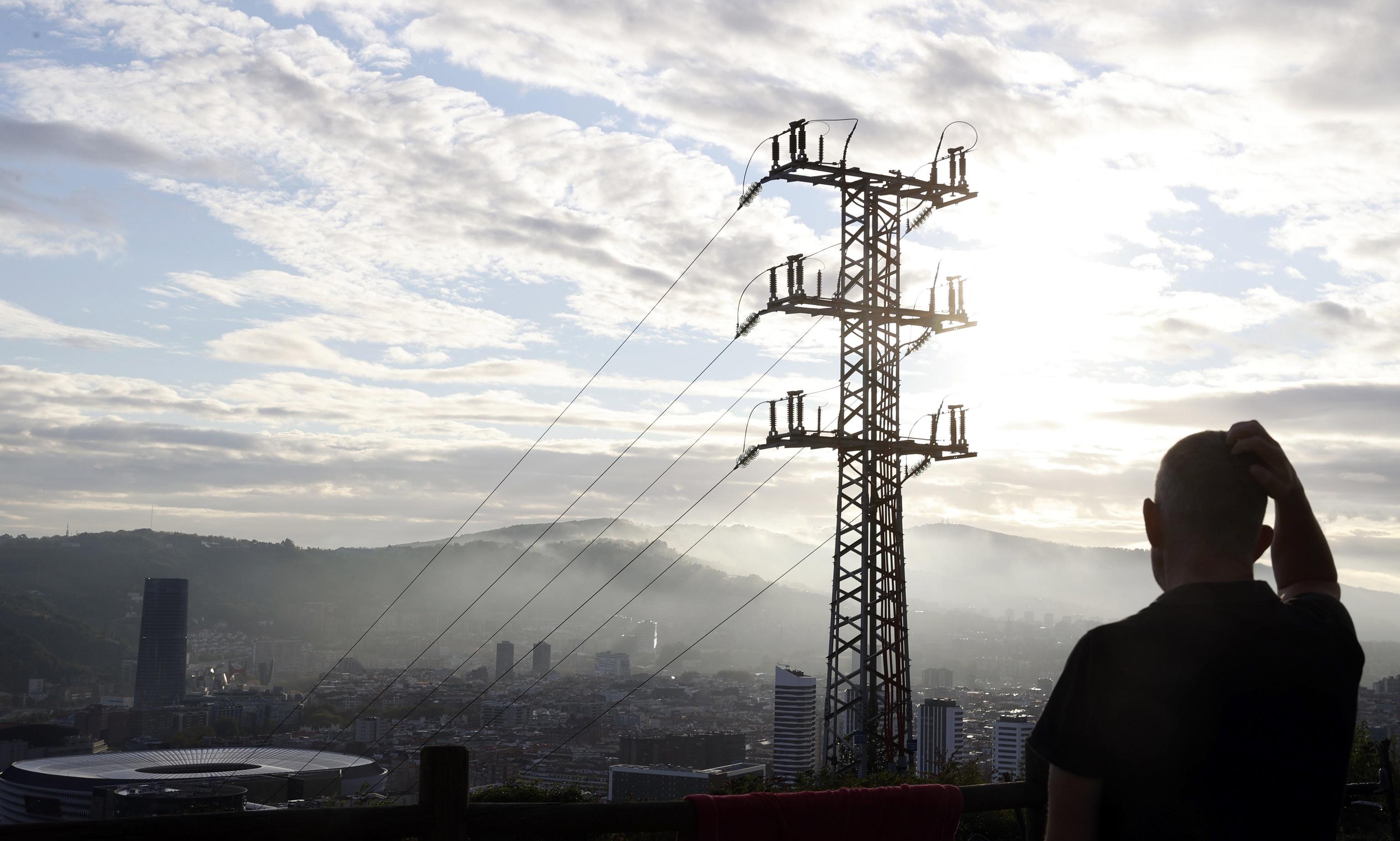Una persona observa el cableado con el que red eléctrica transporta la energía sobre la ciudad de Bilbao. El precio medio de la electricidad en el mercado mayorista (pool) se ha situado para hoy viernes, 10 de septiembre, en 152,32 euros por megavatio hora (MWh), lo que supone un encarecimiento del 7,5 % respecto al máximo de 141,71 euros que marcó respecto al día anterior.