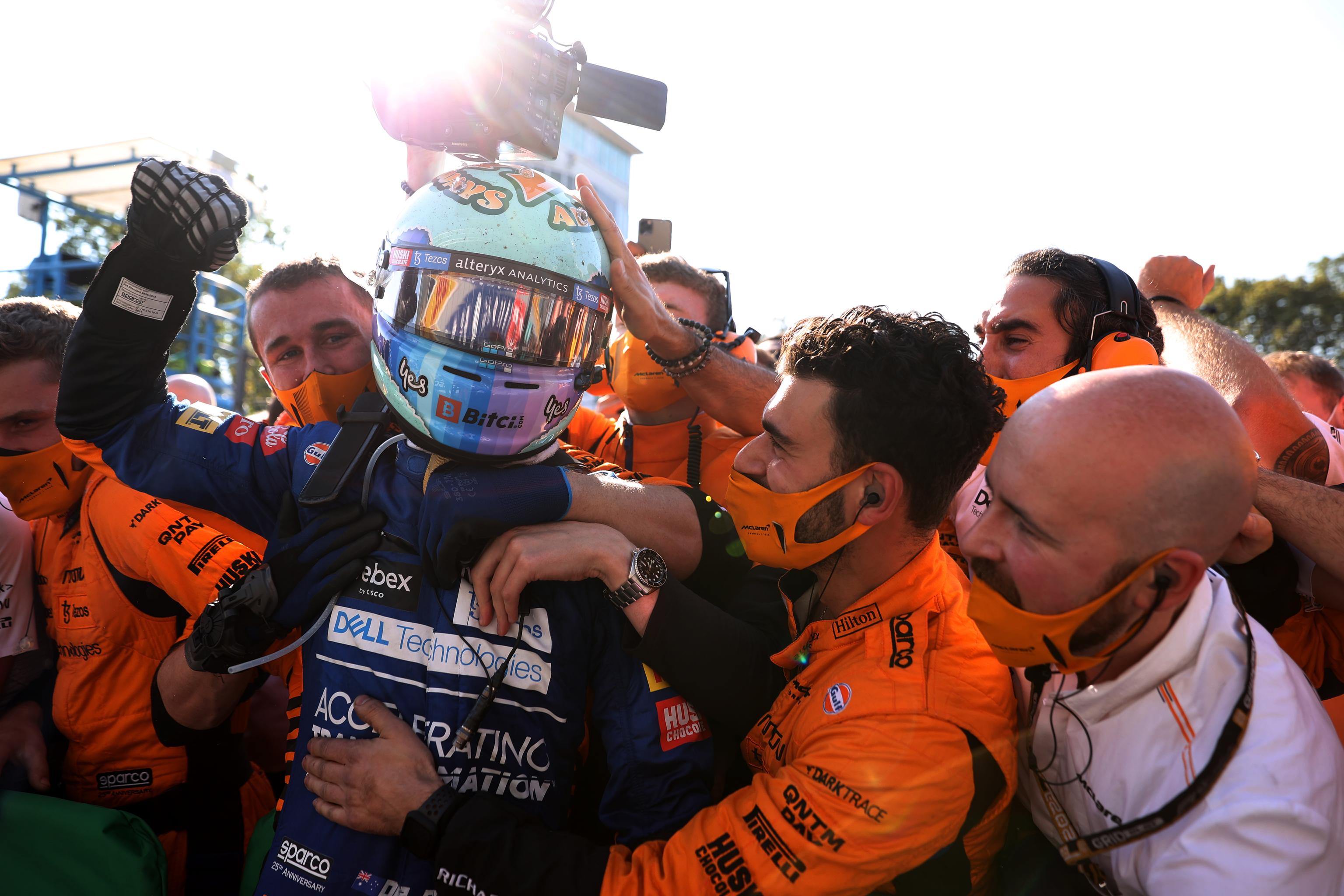 Ricciardo celebra su triunfo en Monza con el equipo McLaren.