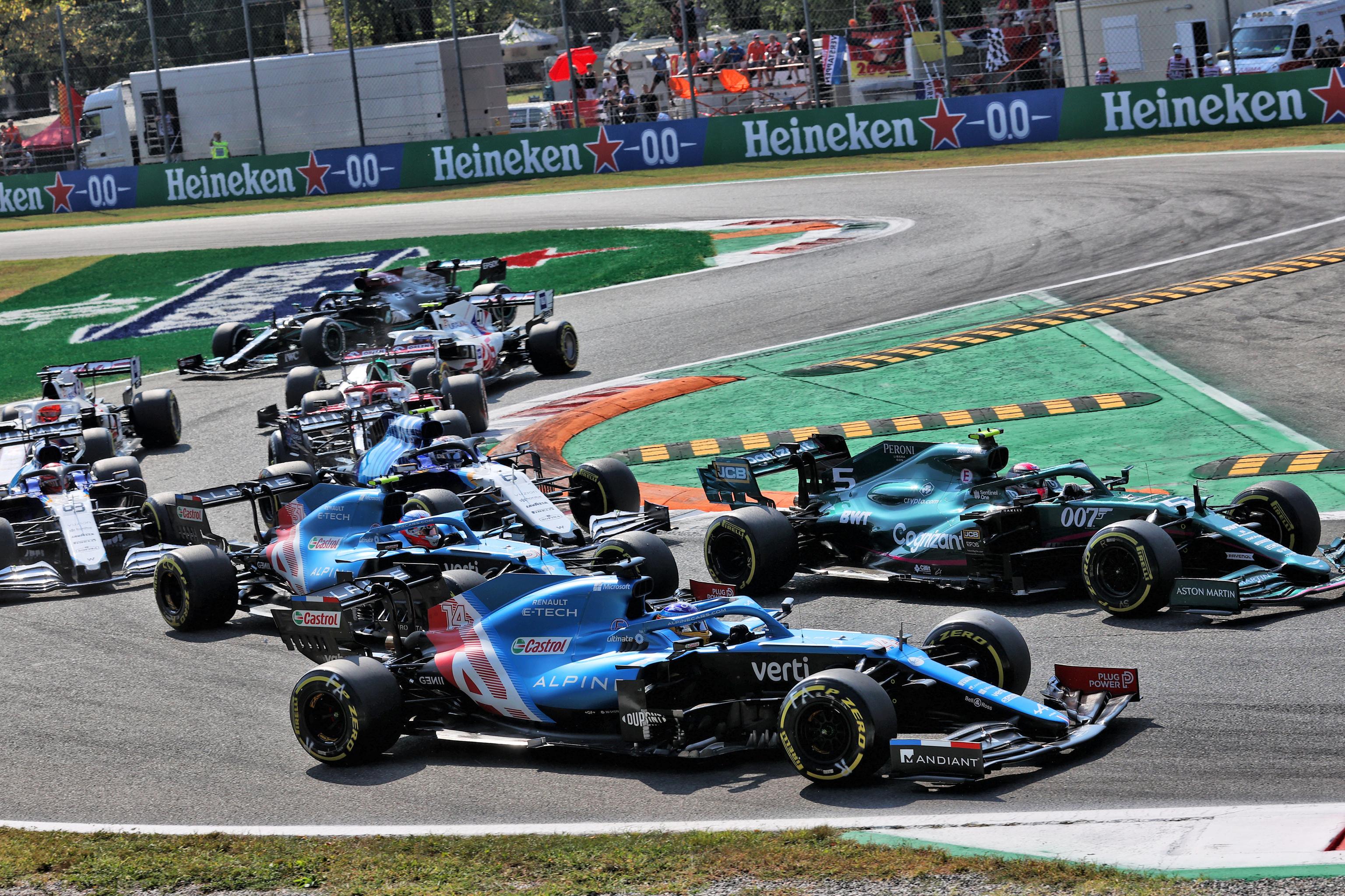 Alonso, en el pelotón, durante el inicio de la carrera.