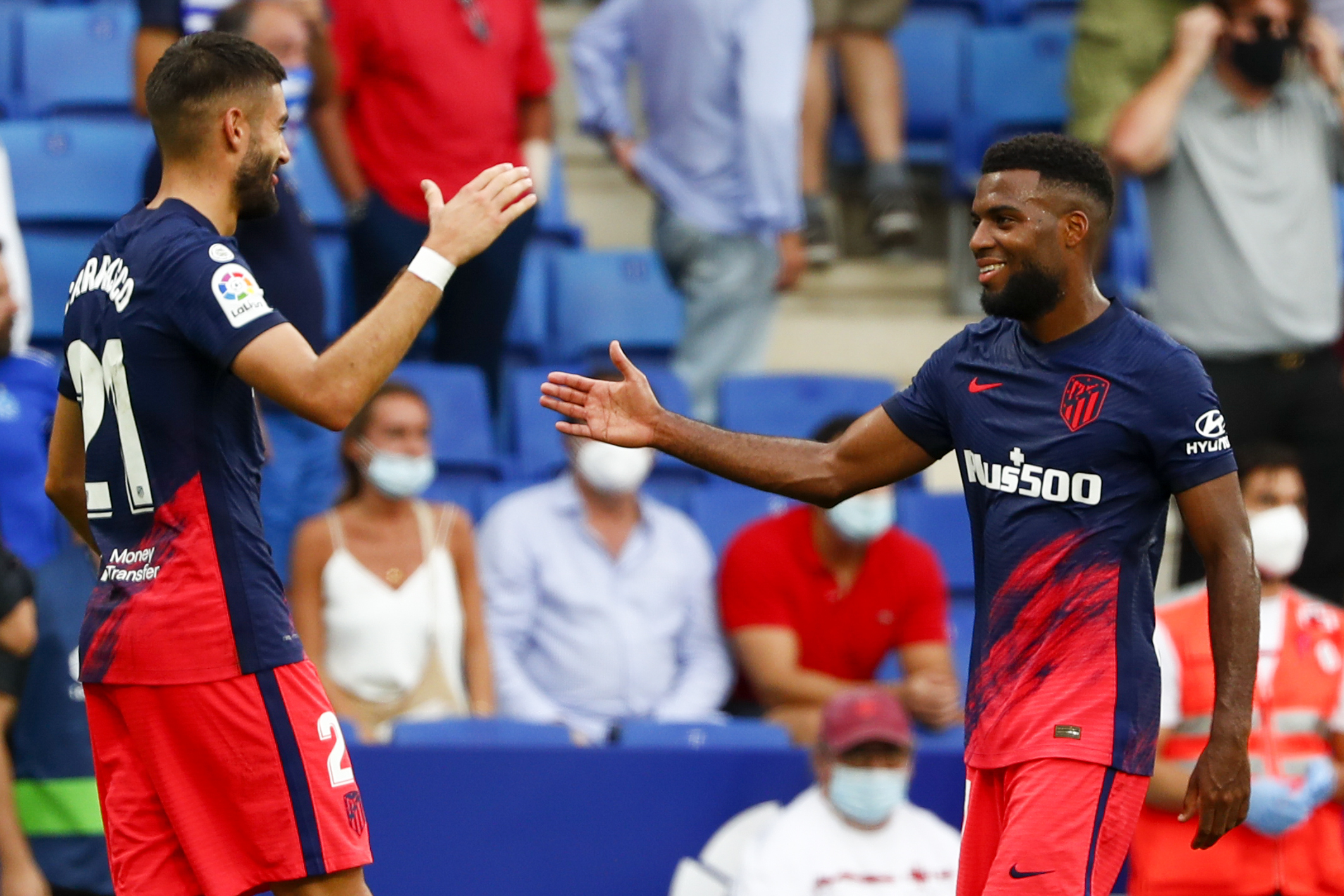 Carrasco y Lemar se saludan tras gol de la victoria.