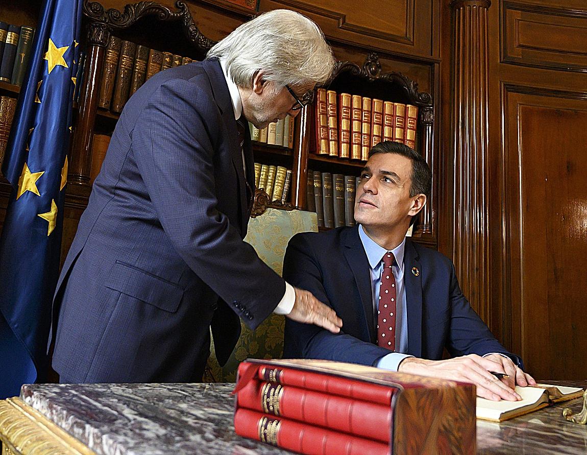 El presidente de Foment, Josep Sanchez Llibre conversa con el presidente del Gobierno, Pedro Sánchez en la sede de la patronal catalana