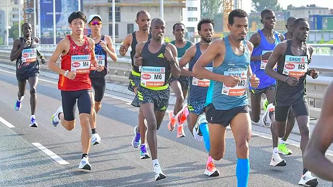 Derara Hurisa, el atleta de las zapatillas naranjas, durante la carrera en Viena