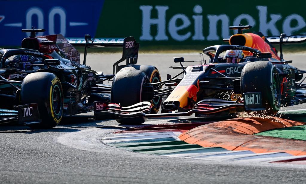 Verstappen y Hamilton,  en la Variante Rettifilo de Monza.