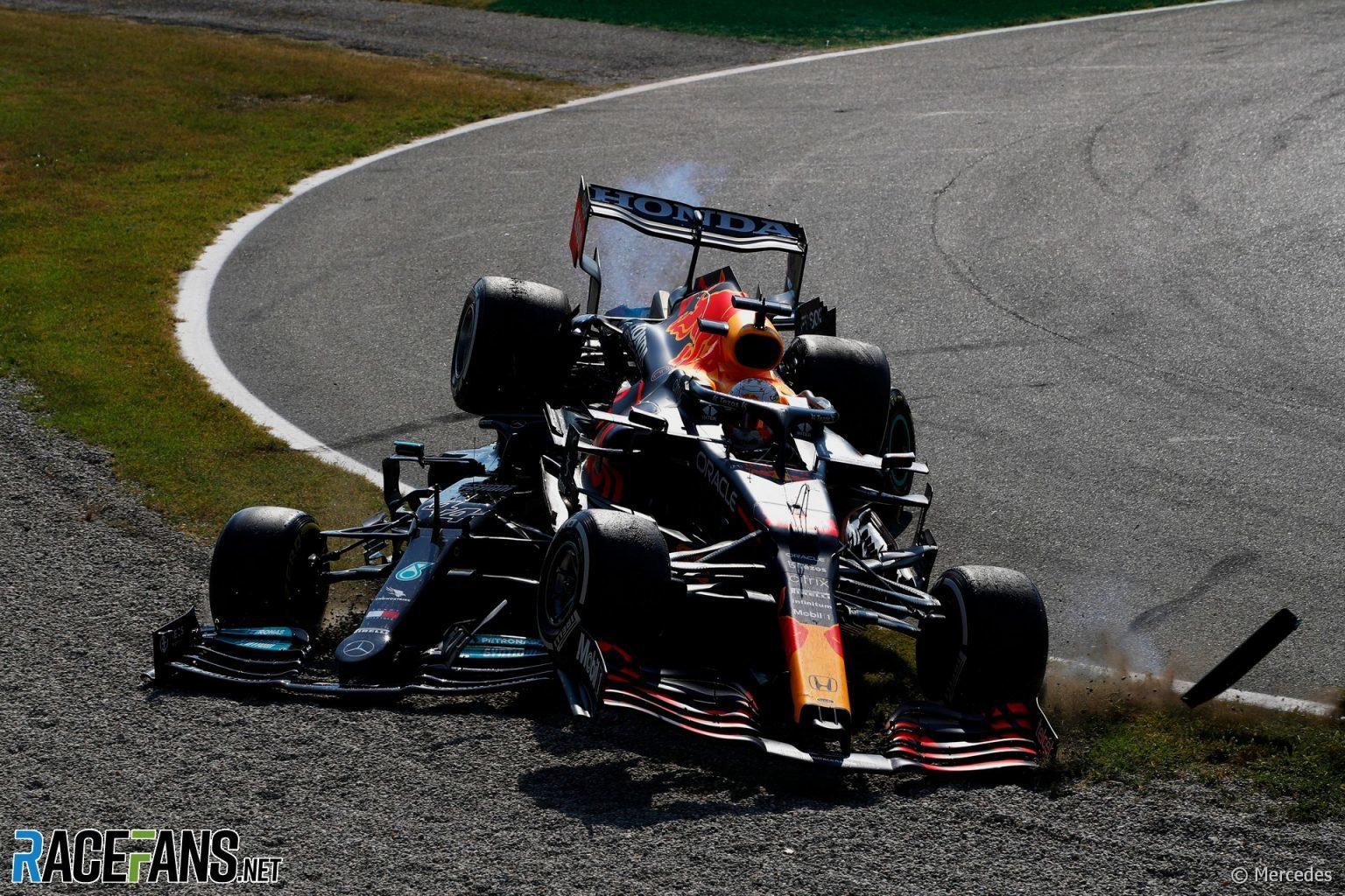 Verstappen, por encima de Hamilton, en la Variante Rettifilo.