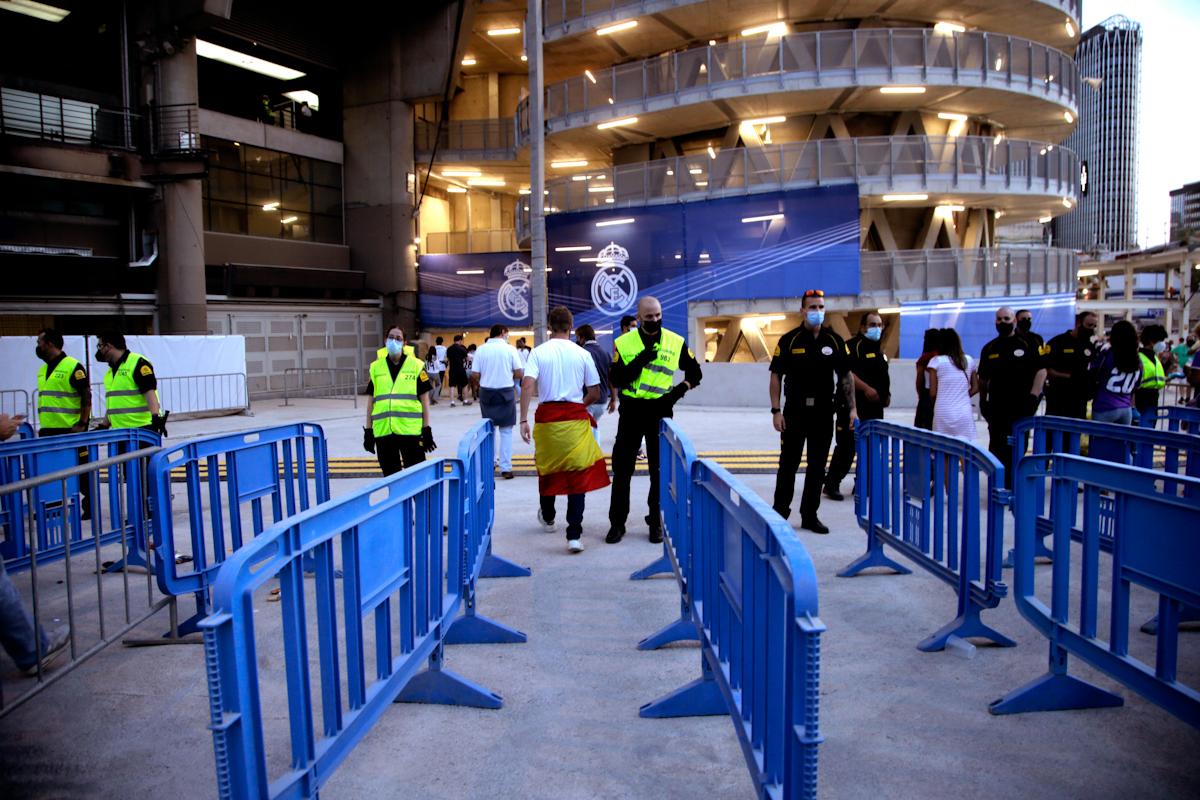 Aficionados entrando al Bernabéu.