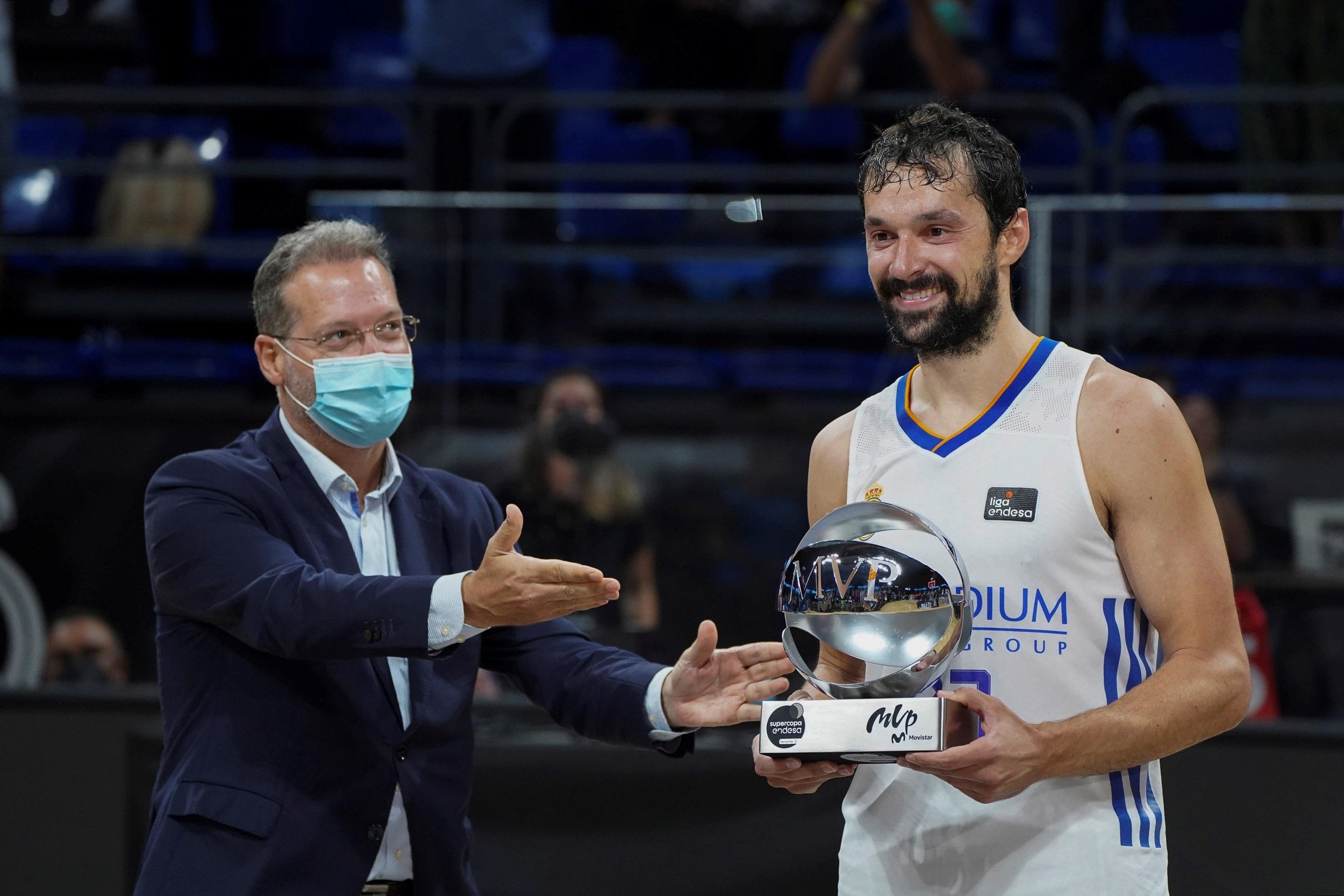 Llull recibe el trofeo de MVP tras la final de la Supercopa.