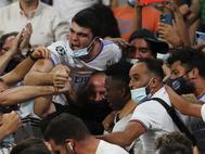 Vinicius celebra su gol con la afición.