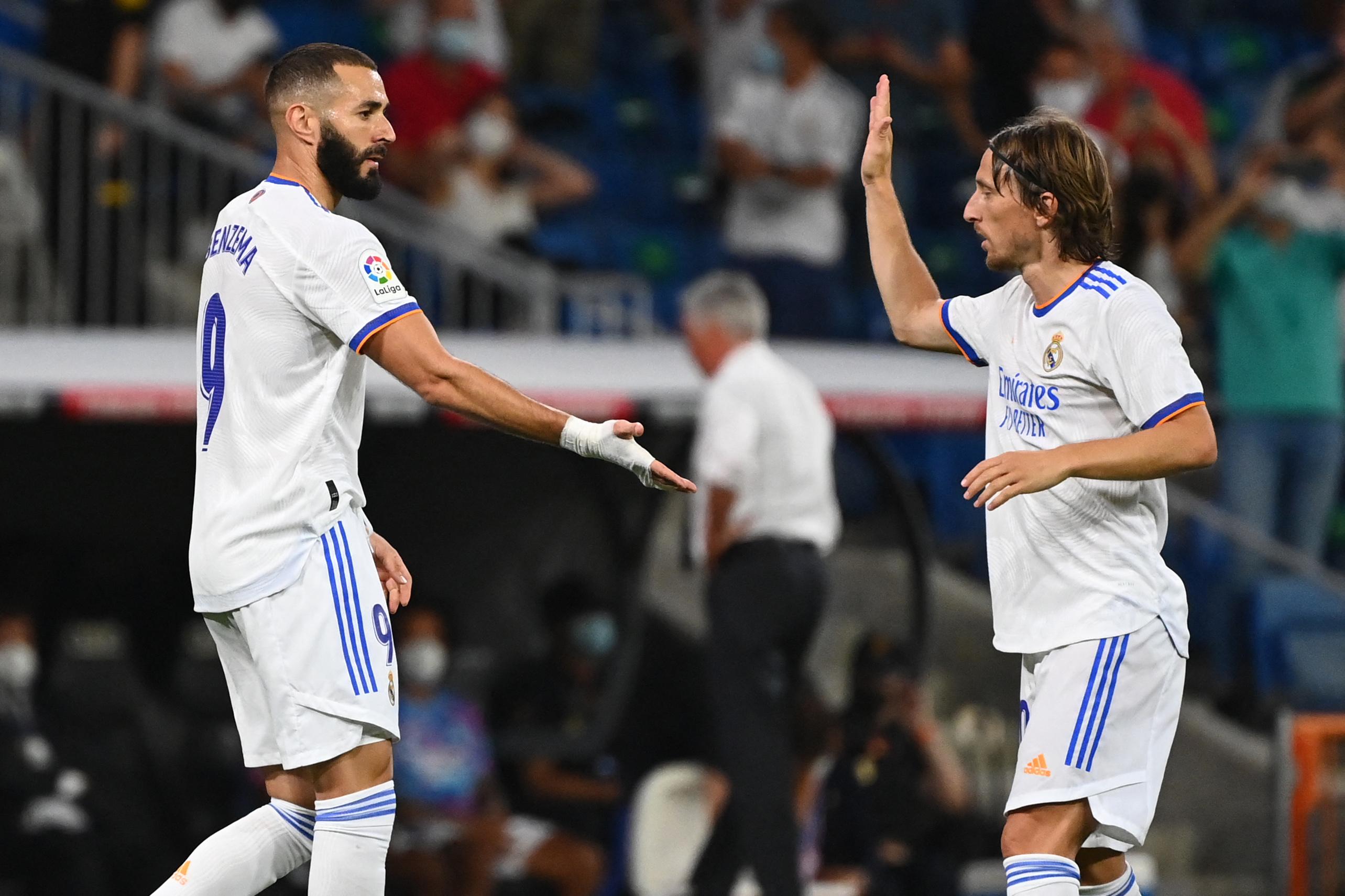 Karim Benzema celebra con Modric el primer gol.