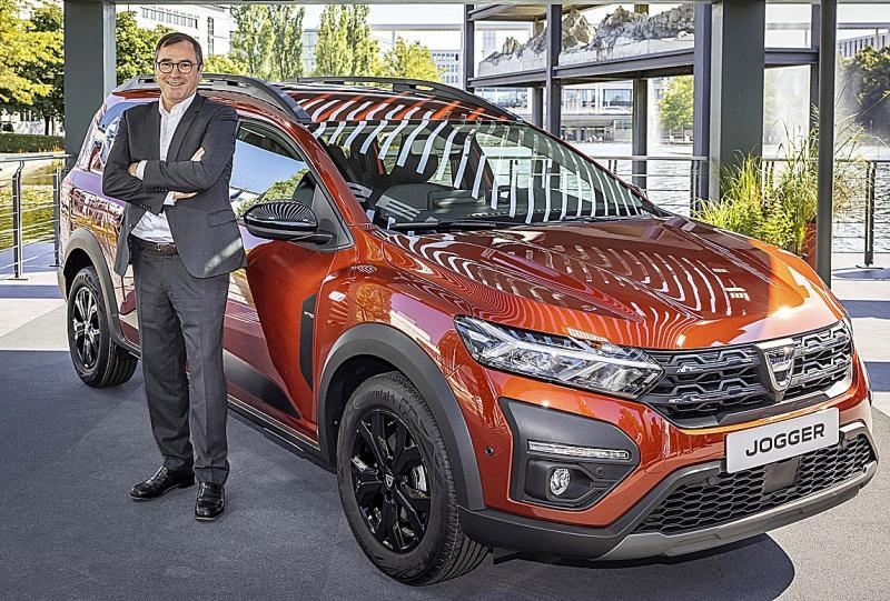 Denis Le Vot, CEO de Dacia, junto al Jogger, próximo modelo de la marca con hasta 7 plazas.