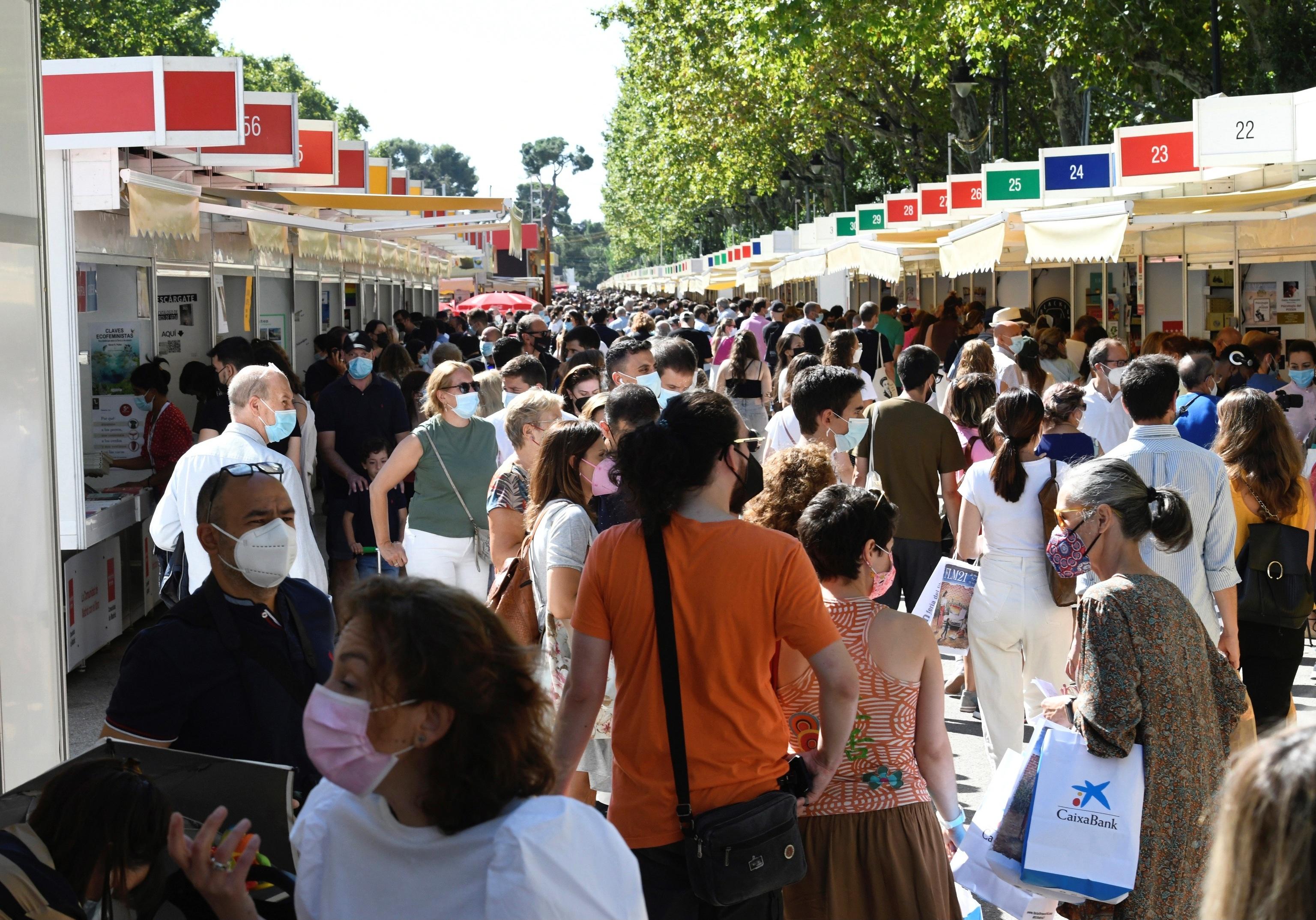 Ambiente en la Feria del Libro, este domingo.
