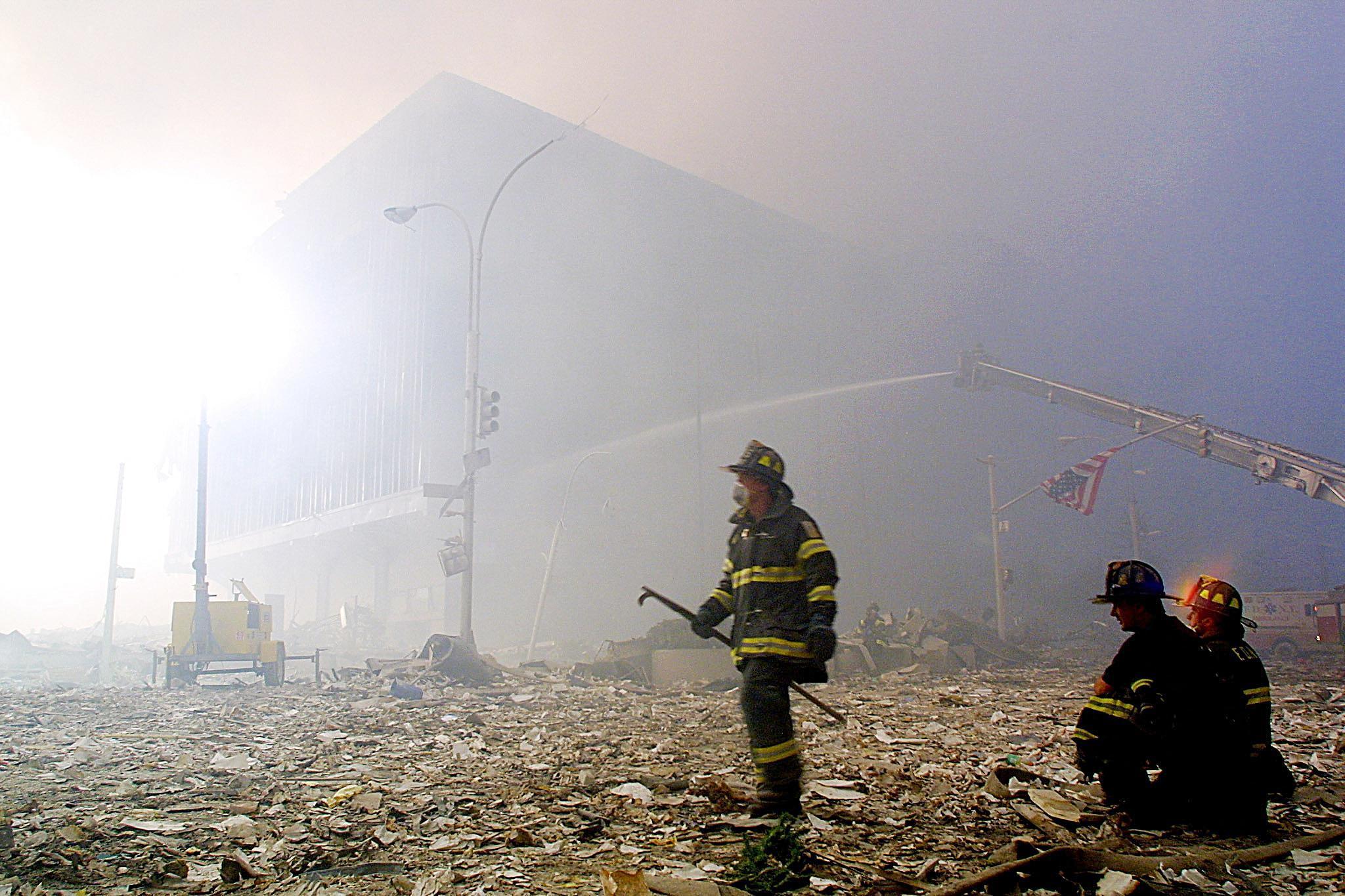 Bomberos en la zona del World Trade Center tras los atentados.