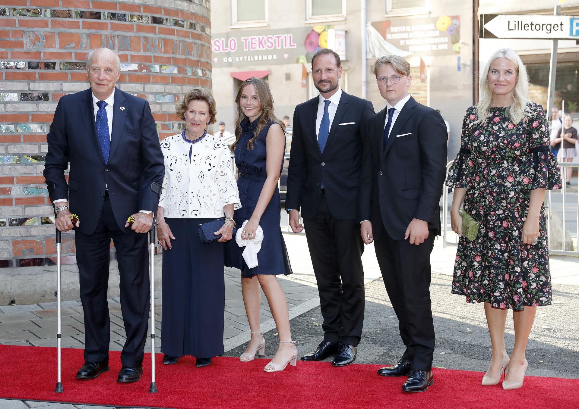 Ingrid Alexandra junto a sus abuelos, los reyes de Noruega, sus padres y su hermano.