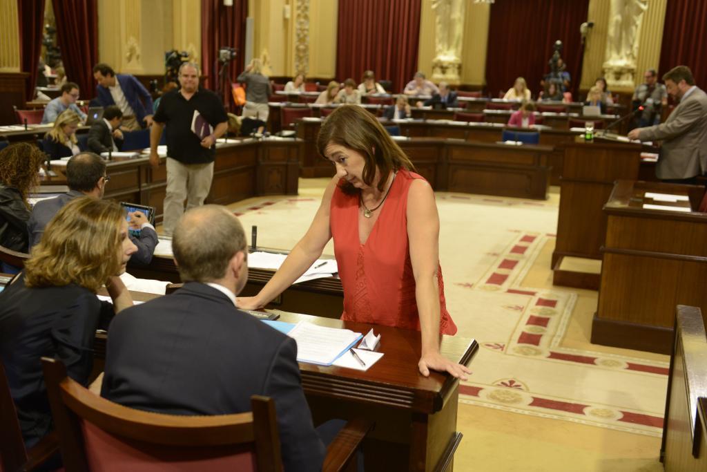Armengol charla con el representante del PSOE en el Consell, Alcover.