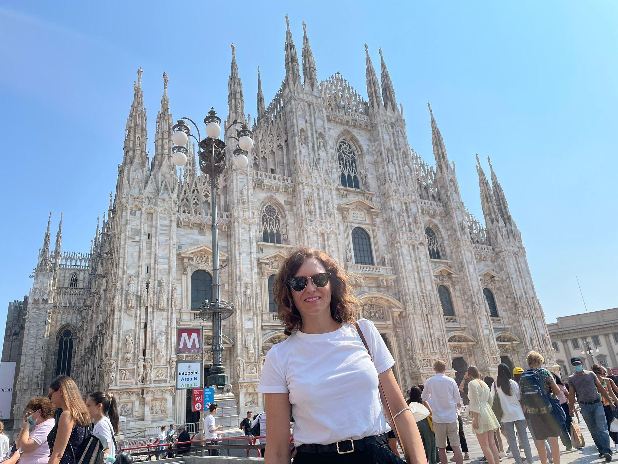 Isabel Díaz Ayuso, ante el Duomo de Milán, antes de recibir el premio Llama de la Libertad.