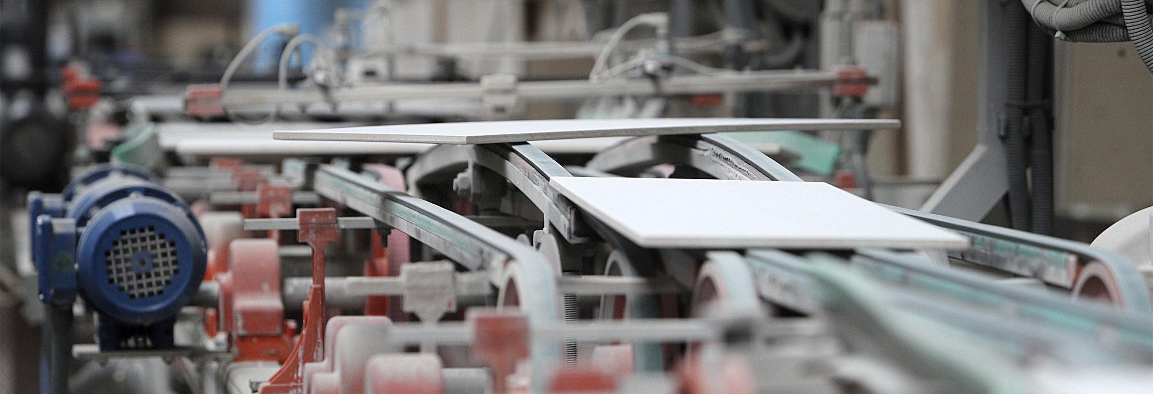 Línea de producción azulejera en una empresa de Castellón.