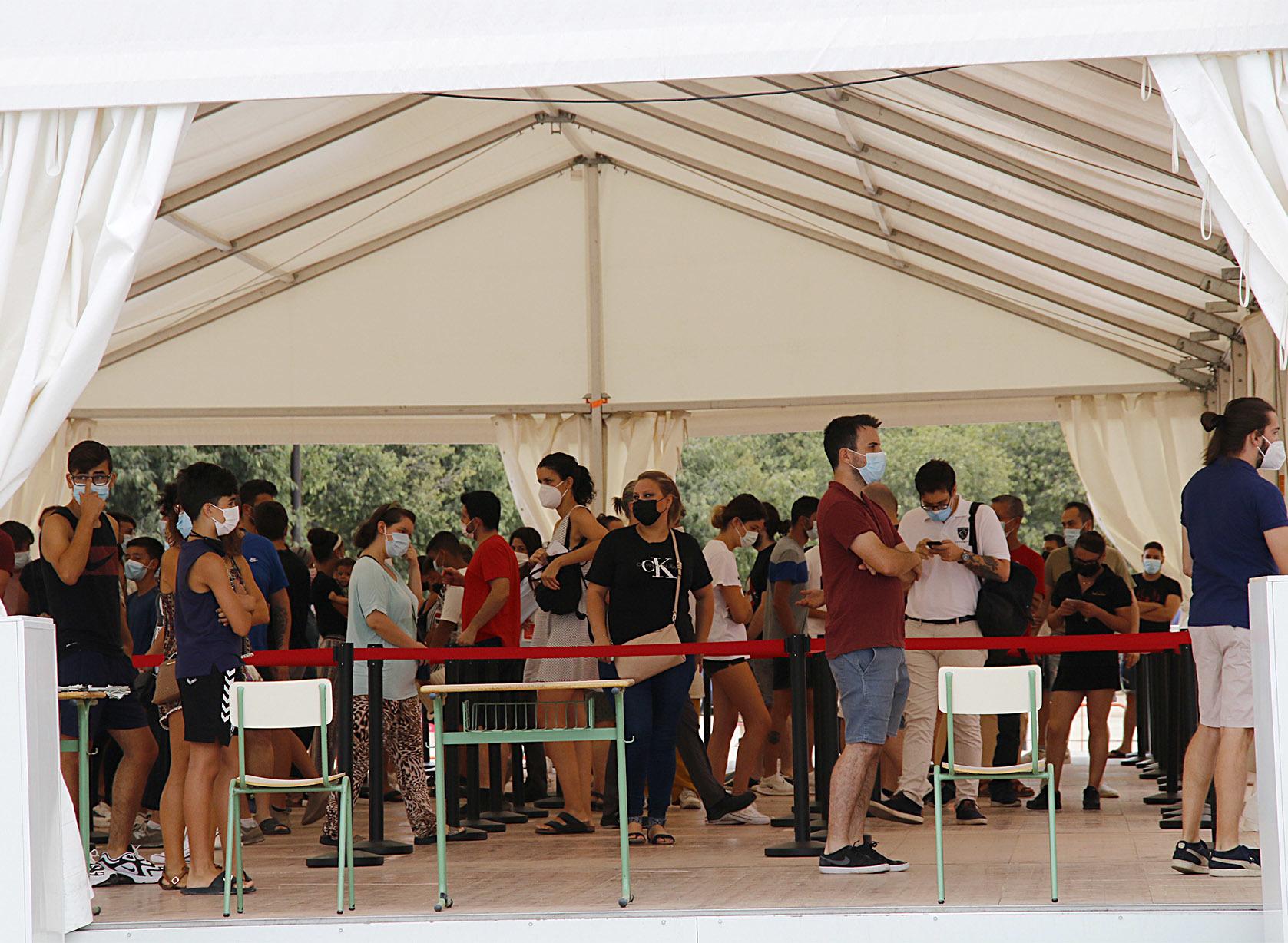 Decenas de personas esperan su turno para ser vacunadas en el Auditori de Castellón.