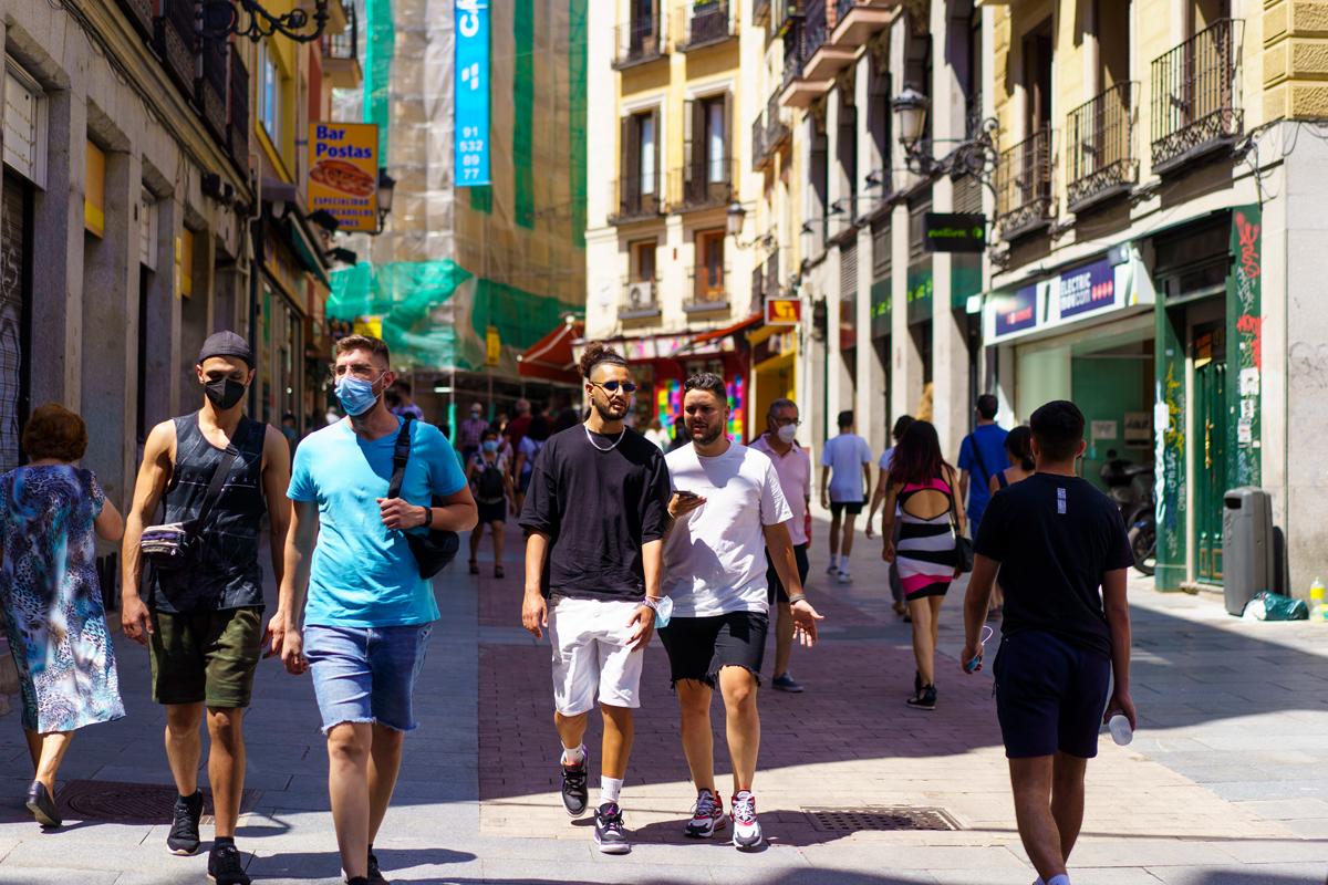 Personas con y sin mascarilla en las calles de Madrid.