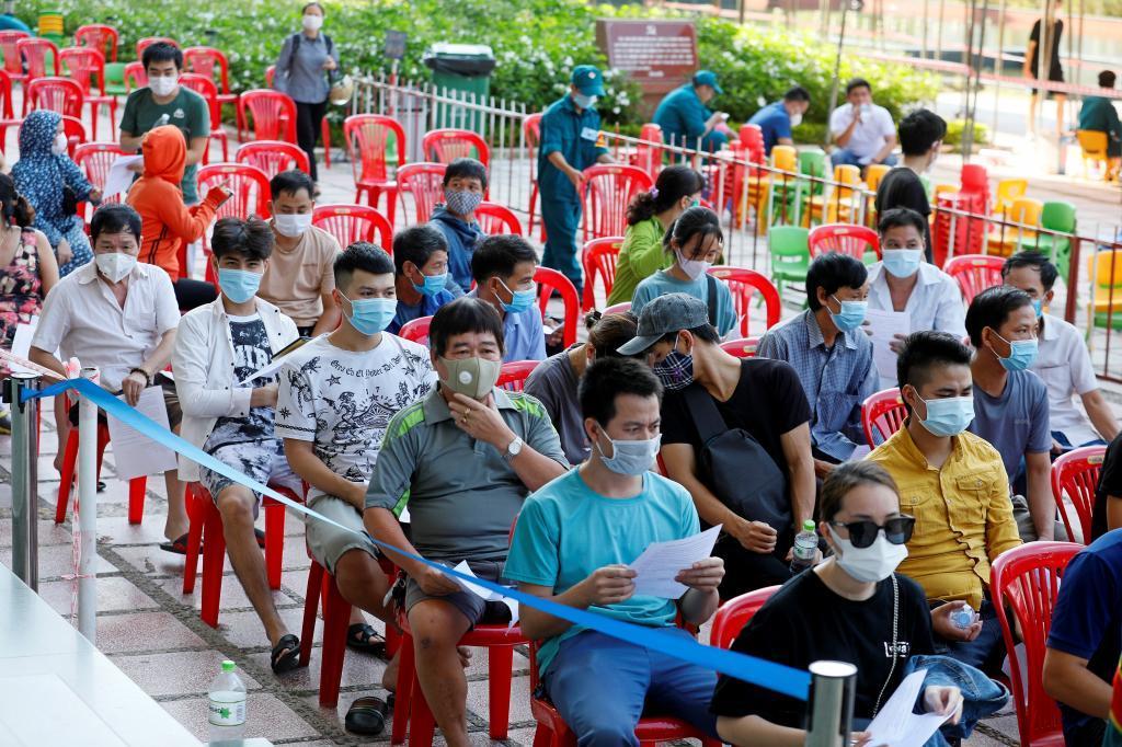 Personas esperando una dosis de la vacuna contra el Covid en Hanoi (Vietnam).
