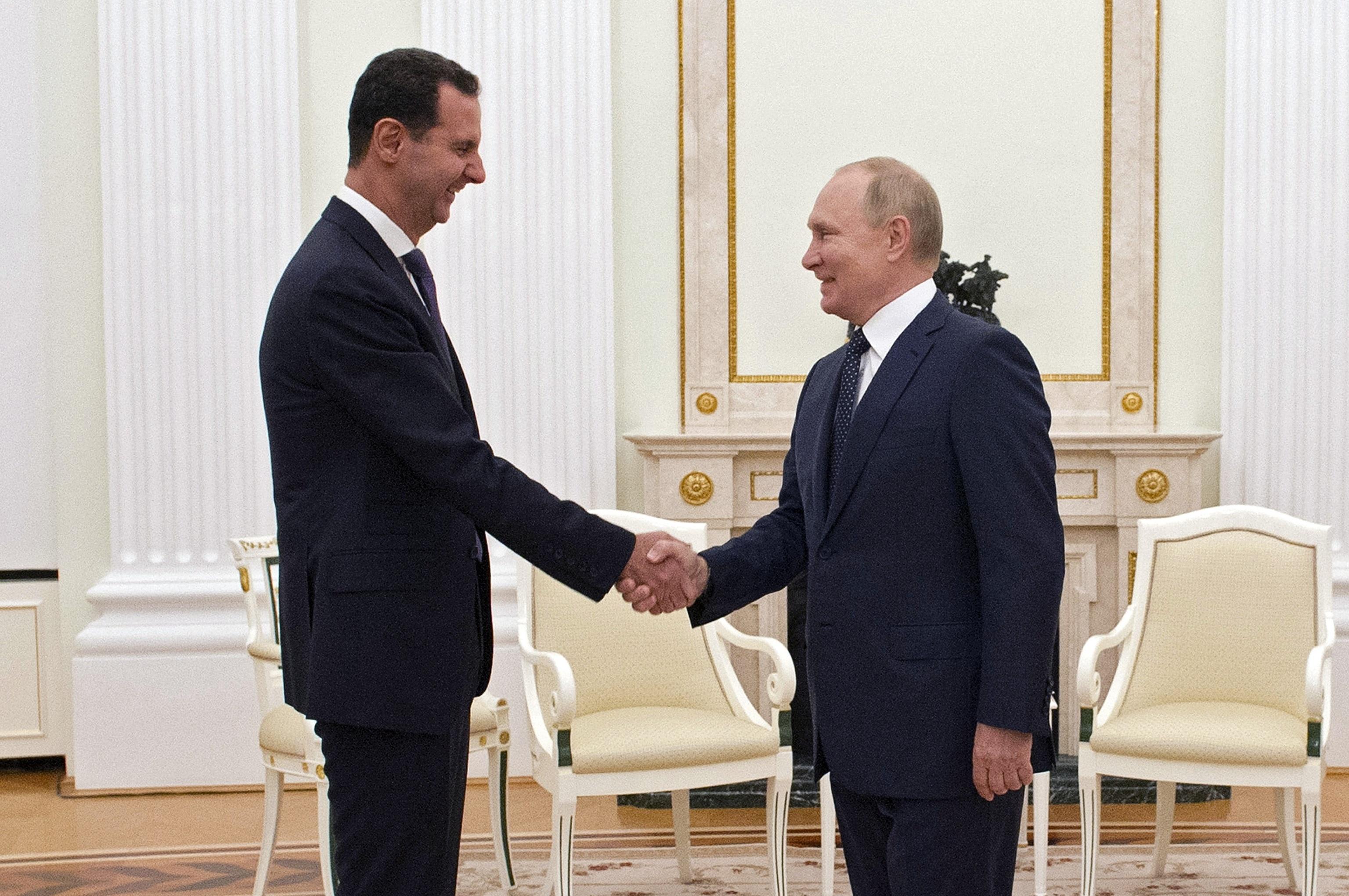 El presidente ruso, Vladimir Putin, estrecha la mano del líder sirio Bashar Asad.