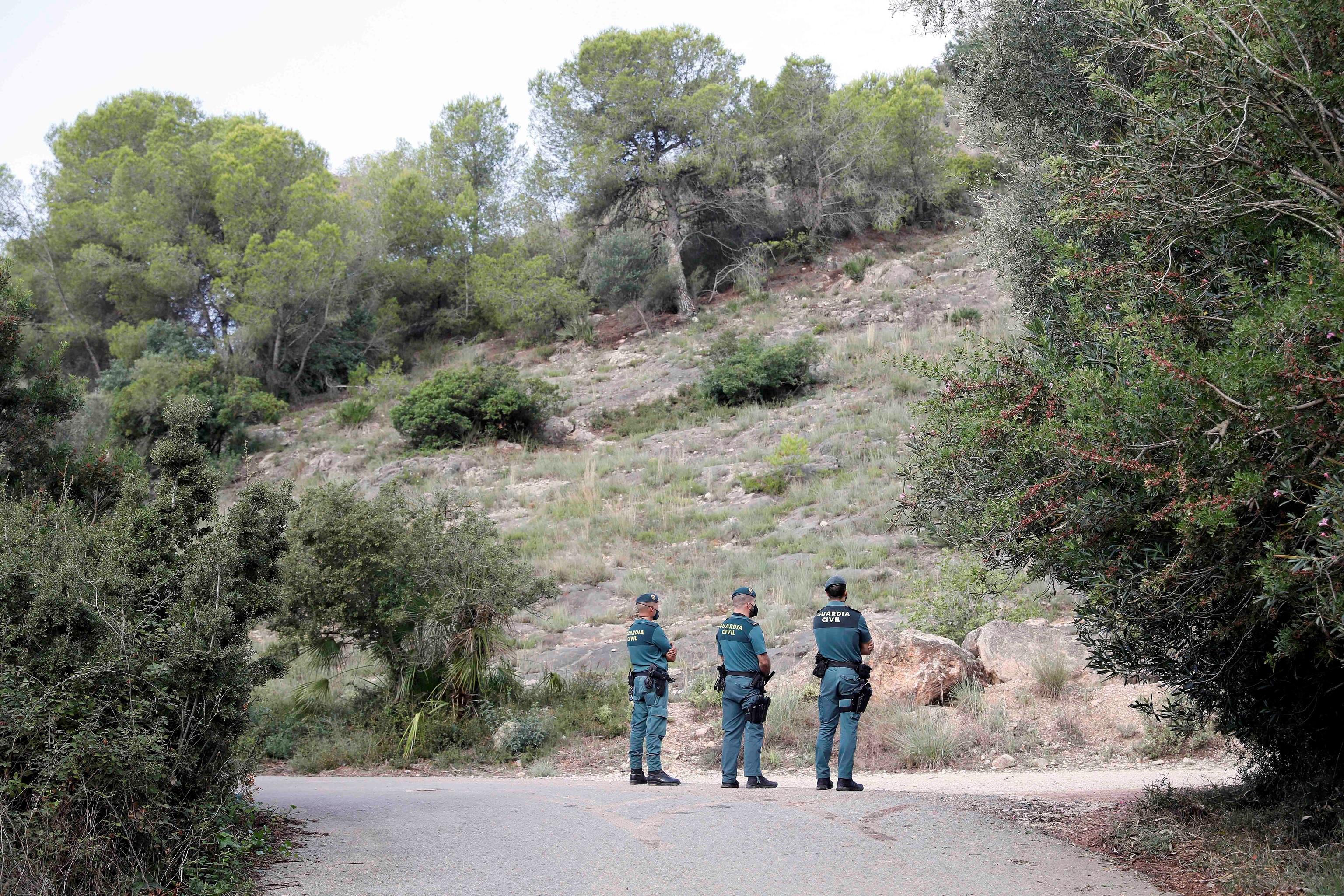 Los agentes, durante la búsqueda realizada la pasada semana.