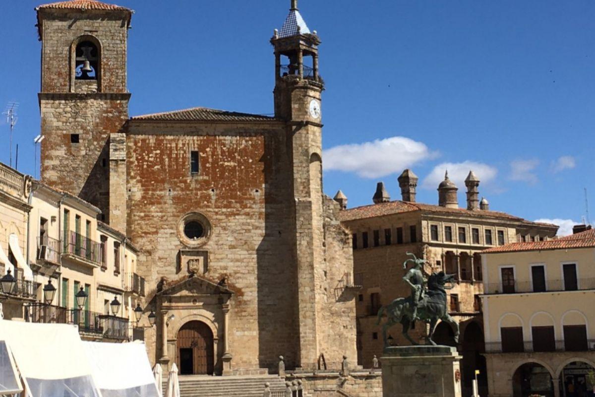 Plaza Mayor, con la estatua de Pizarro y la Iglesia de San Martín.