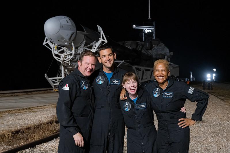 Los cuatro tripulantes posan en la plataforma de lanzamiento