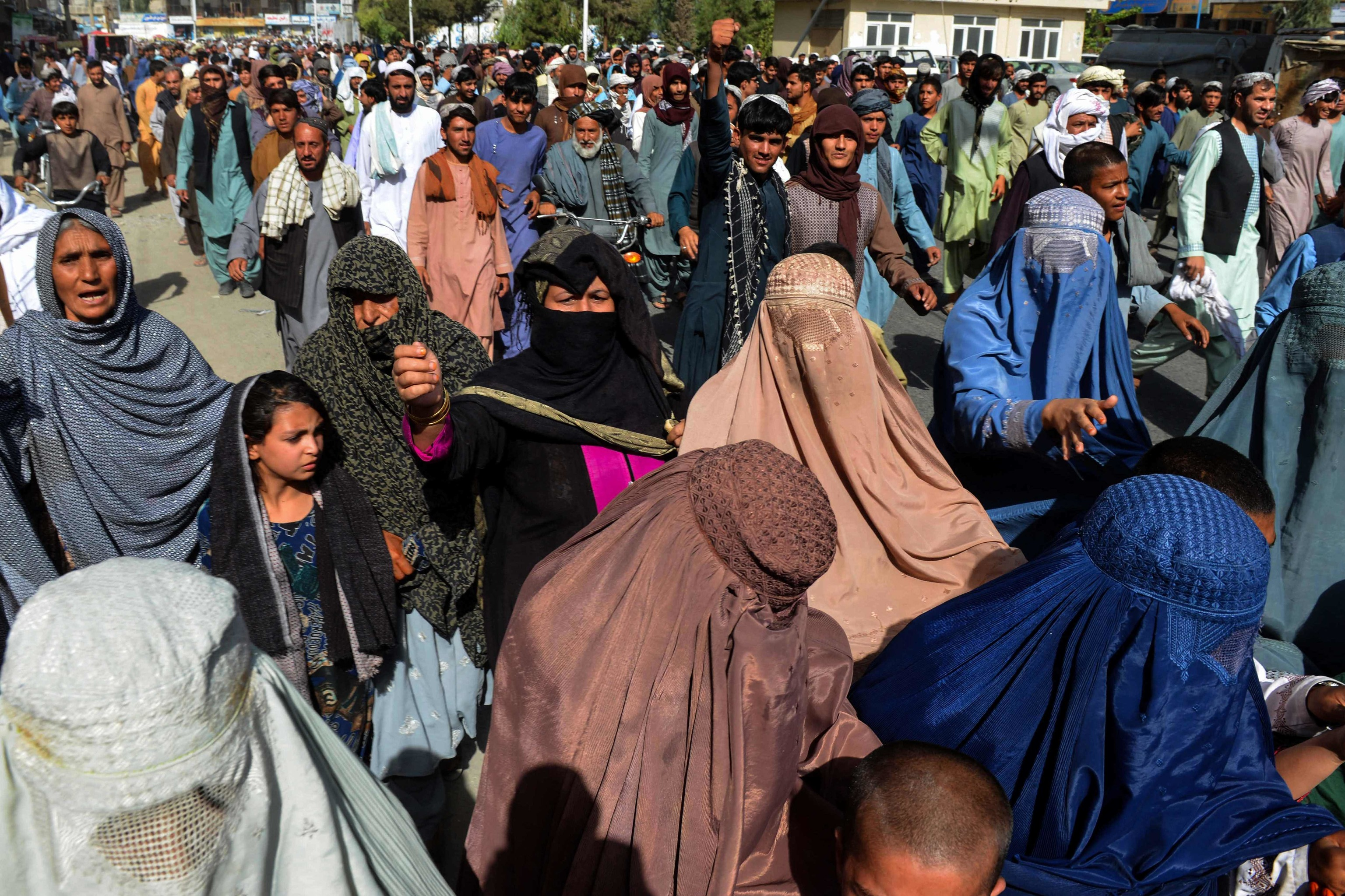 Varias mujeres en burka en Kandahar.
