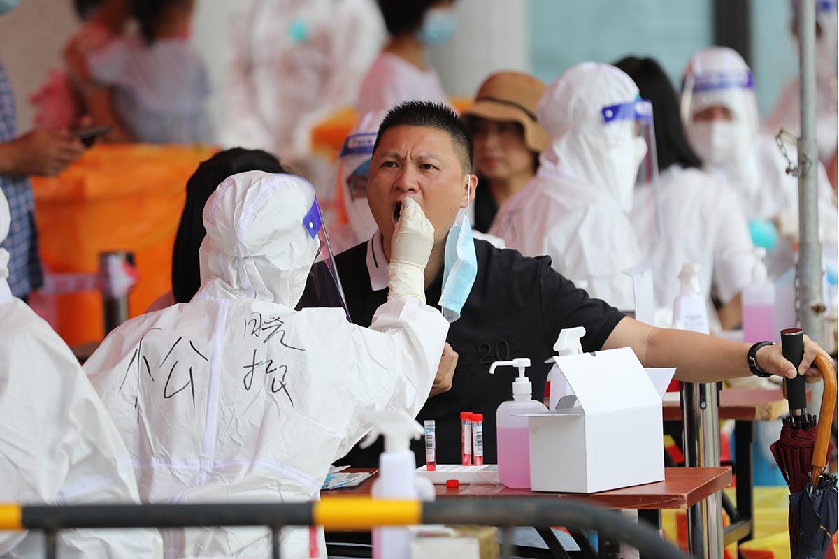 Un residente de Xiamen se somete a una prueba de Covid.