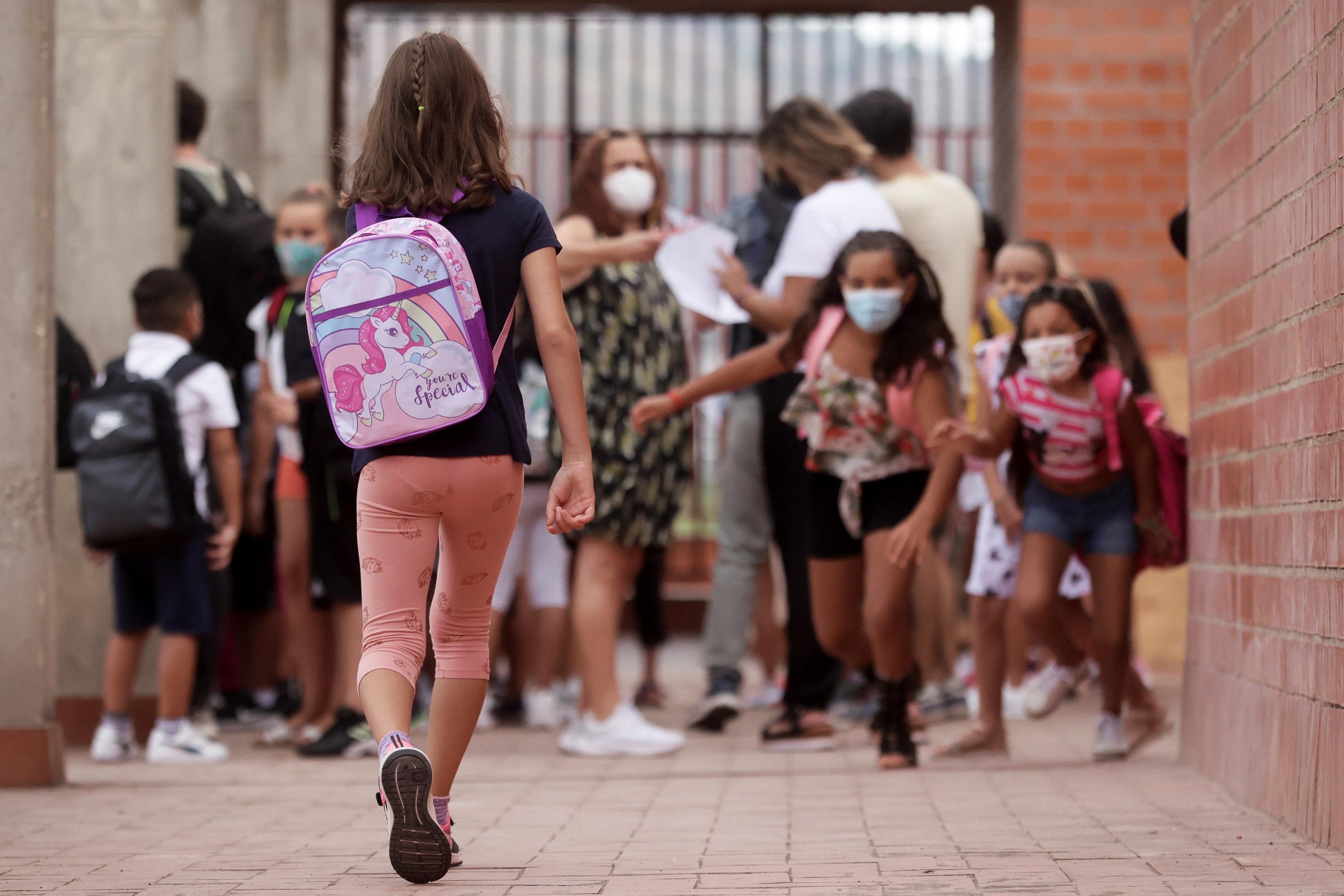 Varios alumnos en el primer día del curso escolar.