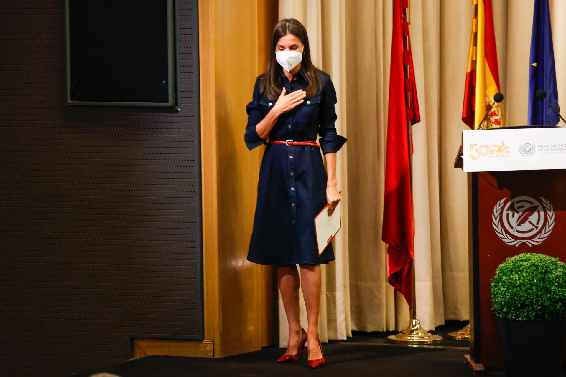 La Reina Letizia agradece los aplausos tras su discurso en la Universidad Complutense.