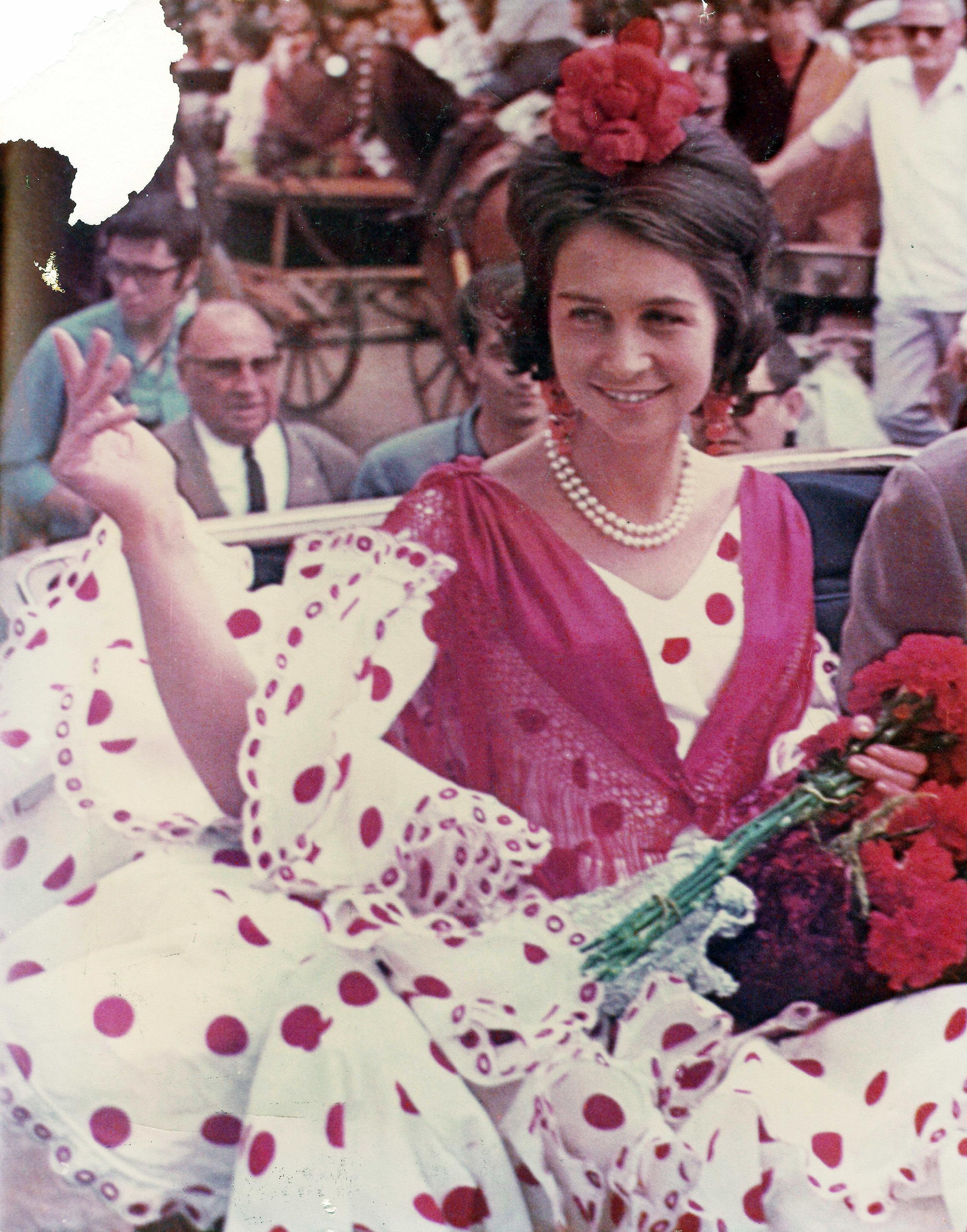 Doña Sofía en la Feria de Sevilla de 1968, con un traje de flamenca diseñado por Lina.