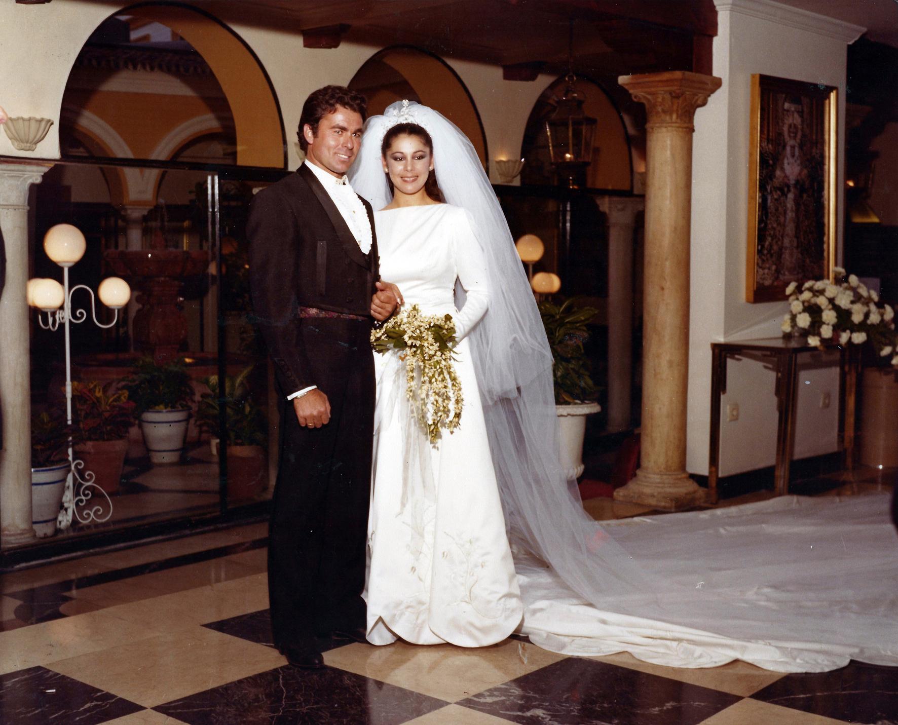 Francisco Rivera, Paquirri, e Isabel Pantoja el día de su boda, con un traje diseñado por Lina