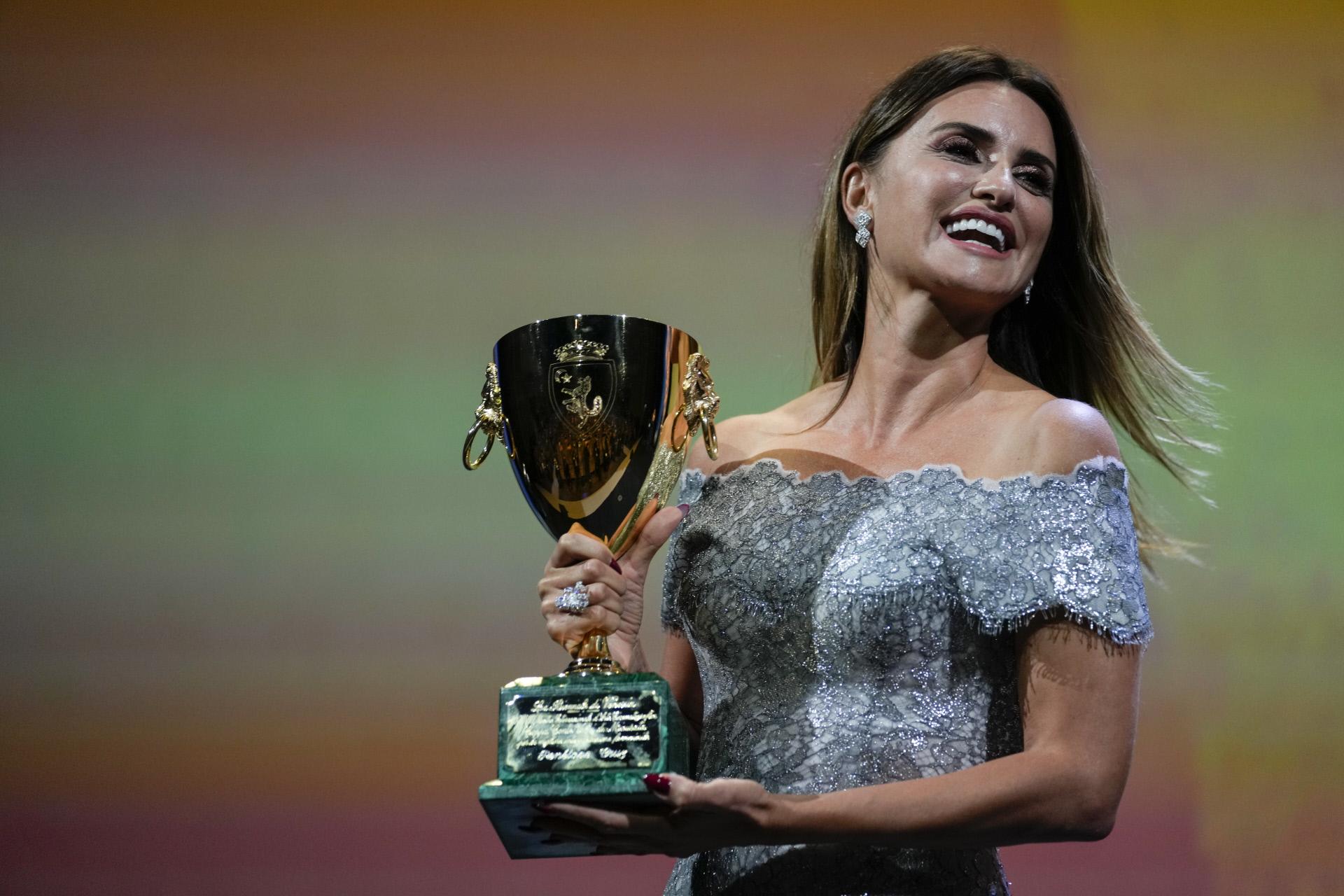 Penélope Cruz con la Copa Volpi.