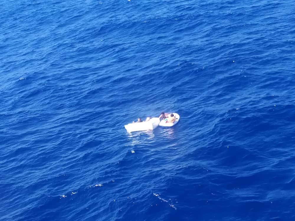 Personas rescatadas tras un naufragio en costas venezolanas.