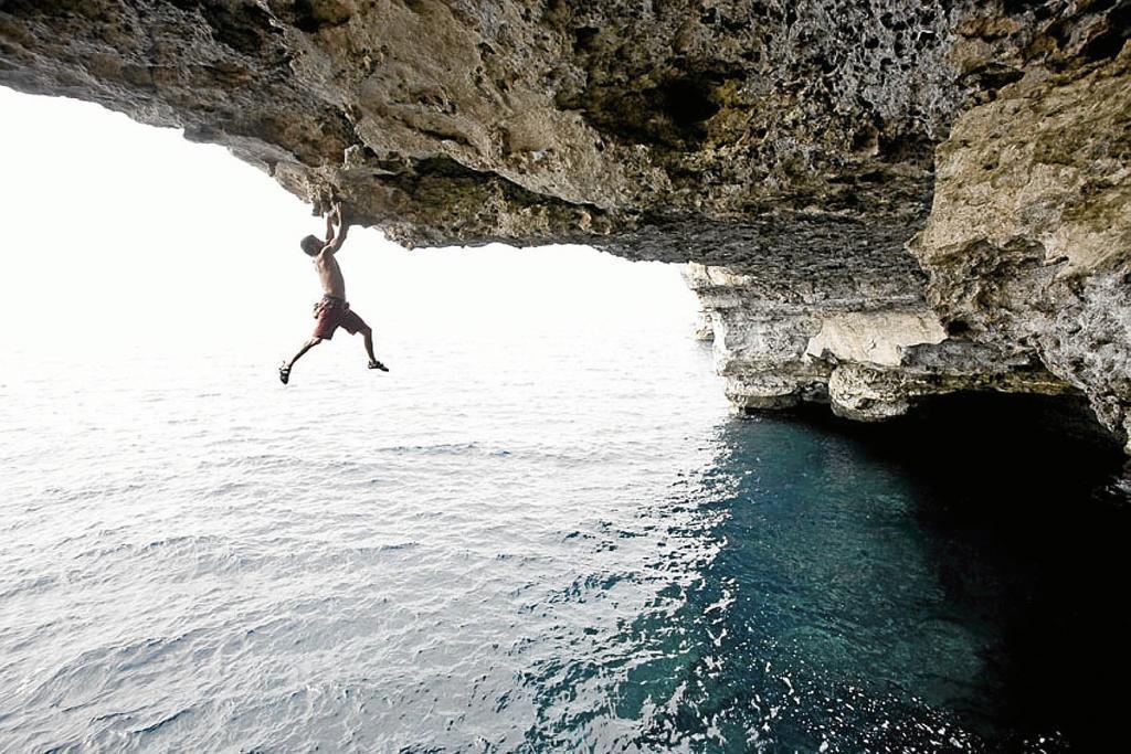 Un escalador practicando 'psicobloc' en Mallorca.