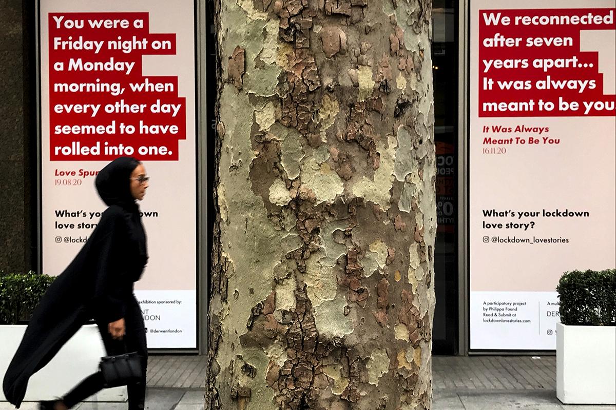 Escaparates que muestran historias de amor, en Londres.
