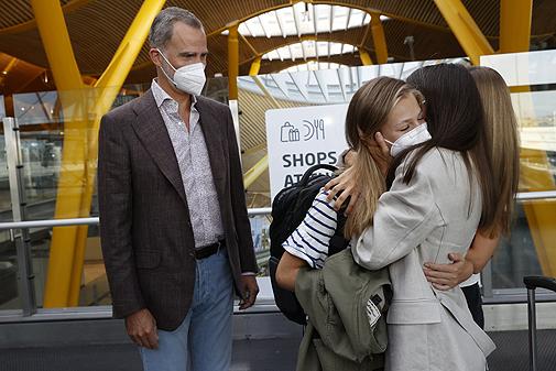 La Reina, abrazada a la Princesa de Asturias en Barajas cuando esta...