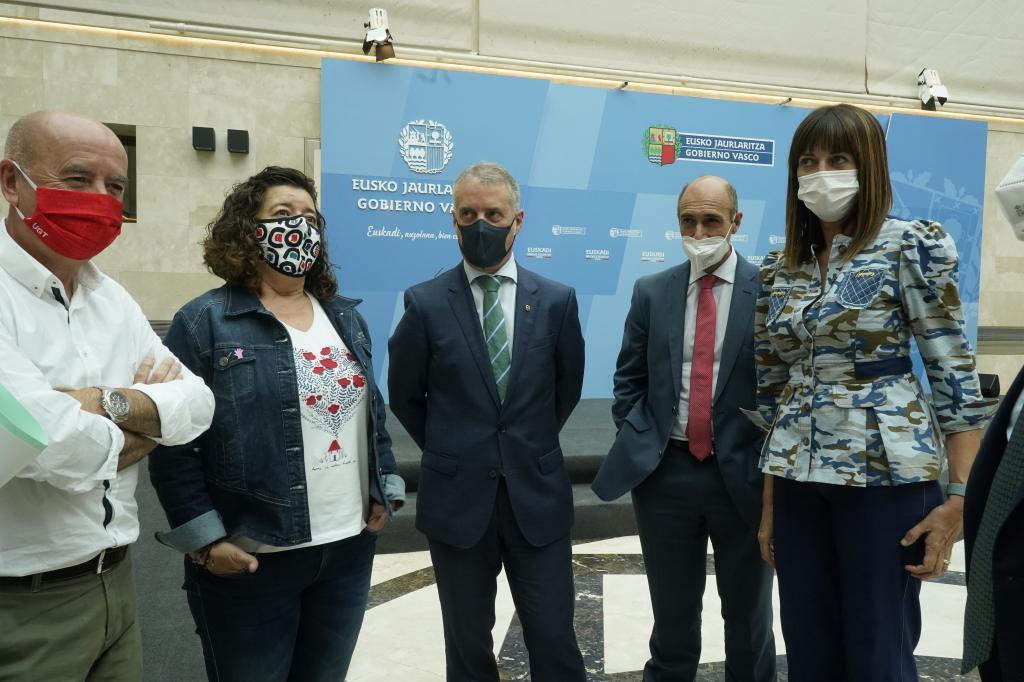 Raúl Arza, Loli García, el lehendakari Urkullu, Eduardo Zubiaurre y la vicelehendakari Mendia en la presentación del acuerdo en Lehendakaritza.