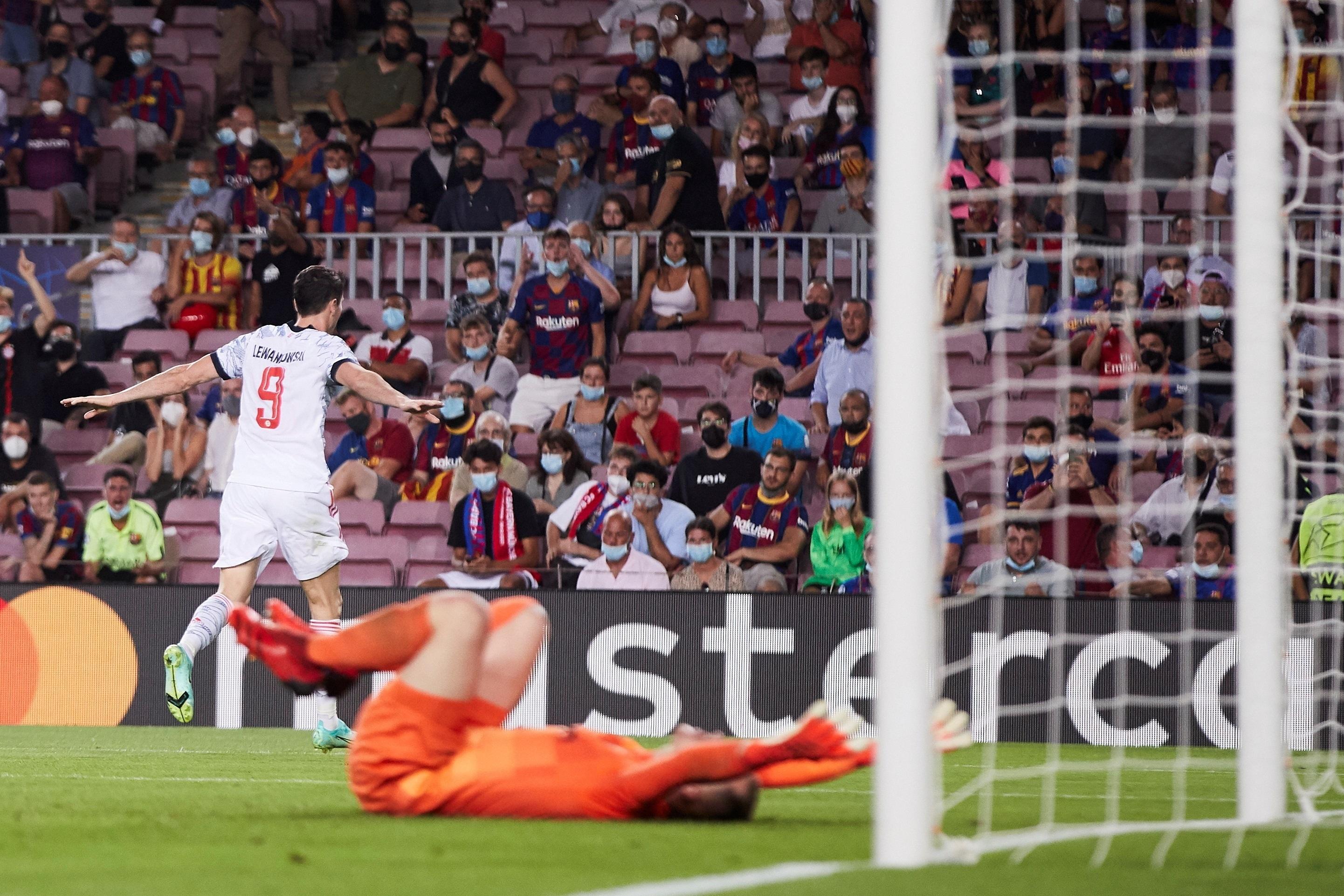 Lewandowski celebra su segundo gol en el Camp Nou.