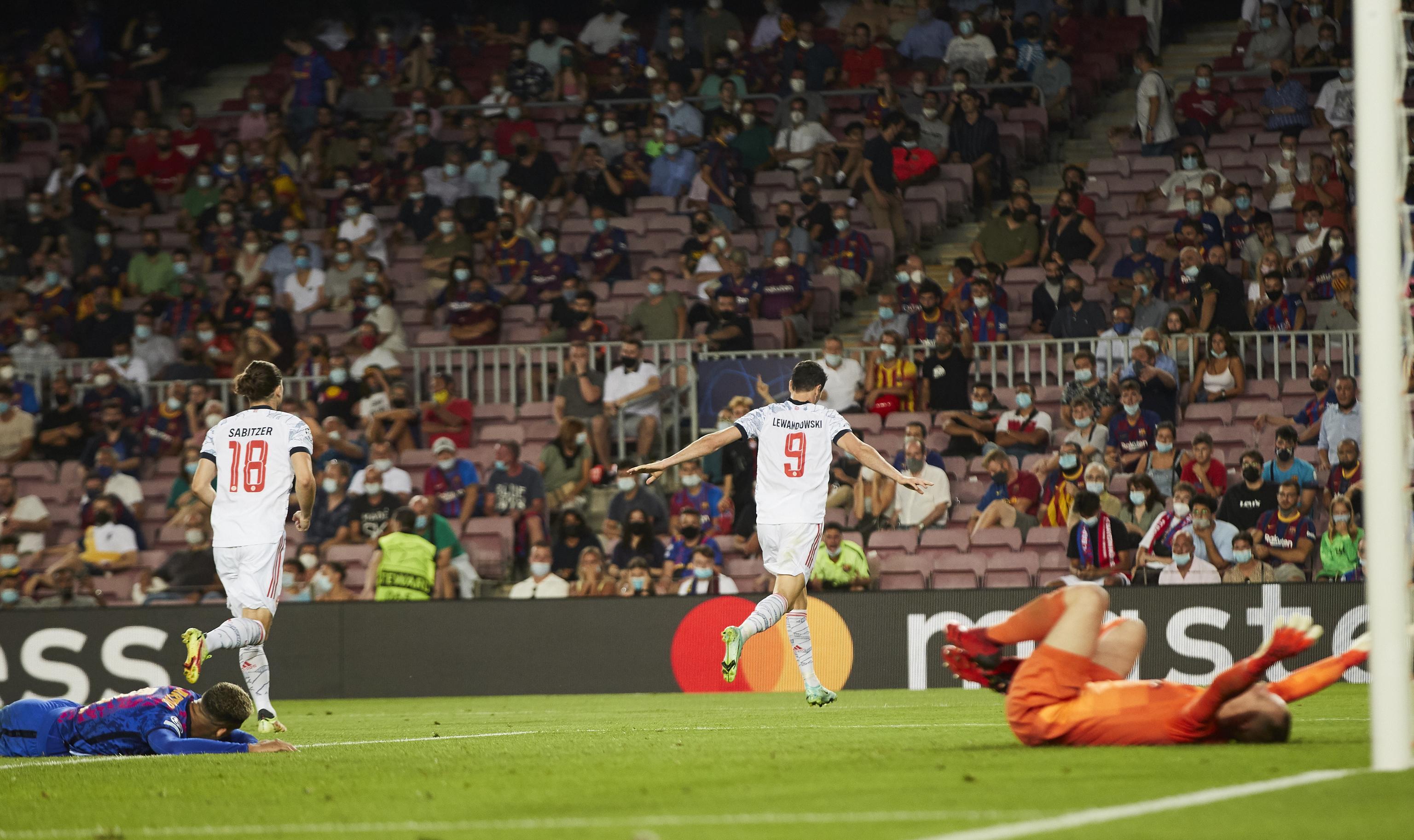 Lewandowski festeja uno de sus goles en el Camp Nou.