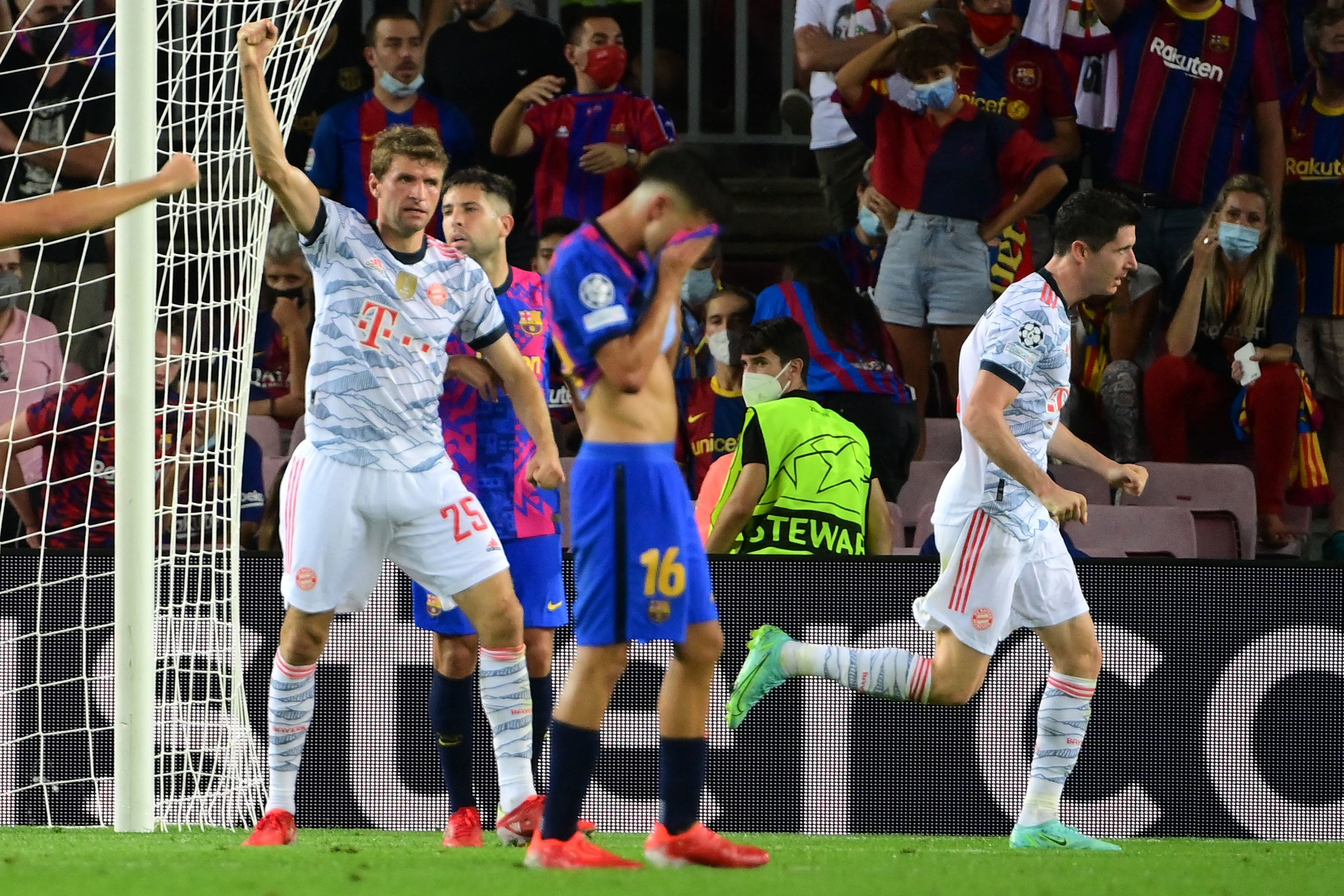 Lewandowski y Müller festejan el 0-3 ante Pedri y Alba.
