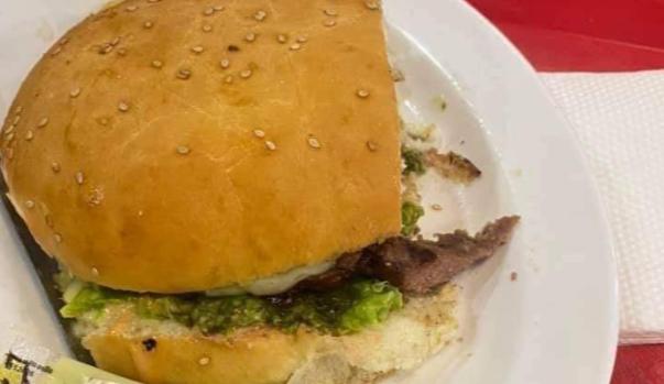 Una mujer halla  un dedo humano en una hamburguesa en un restaurante de Bolivia que pertenecía a un empleado