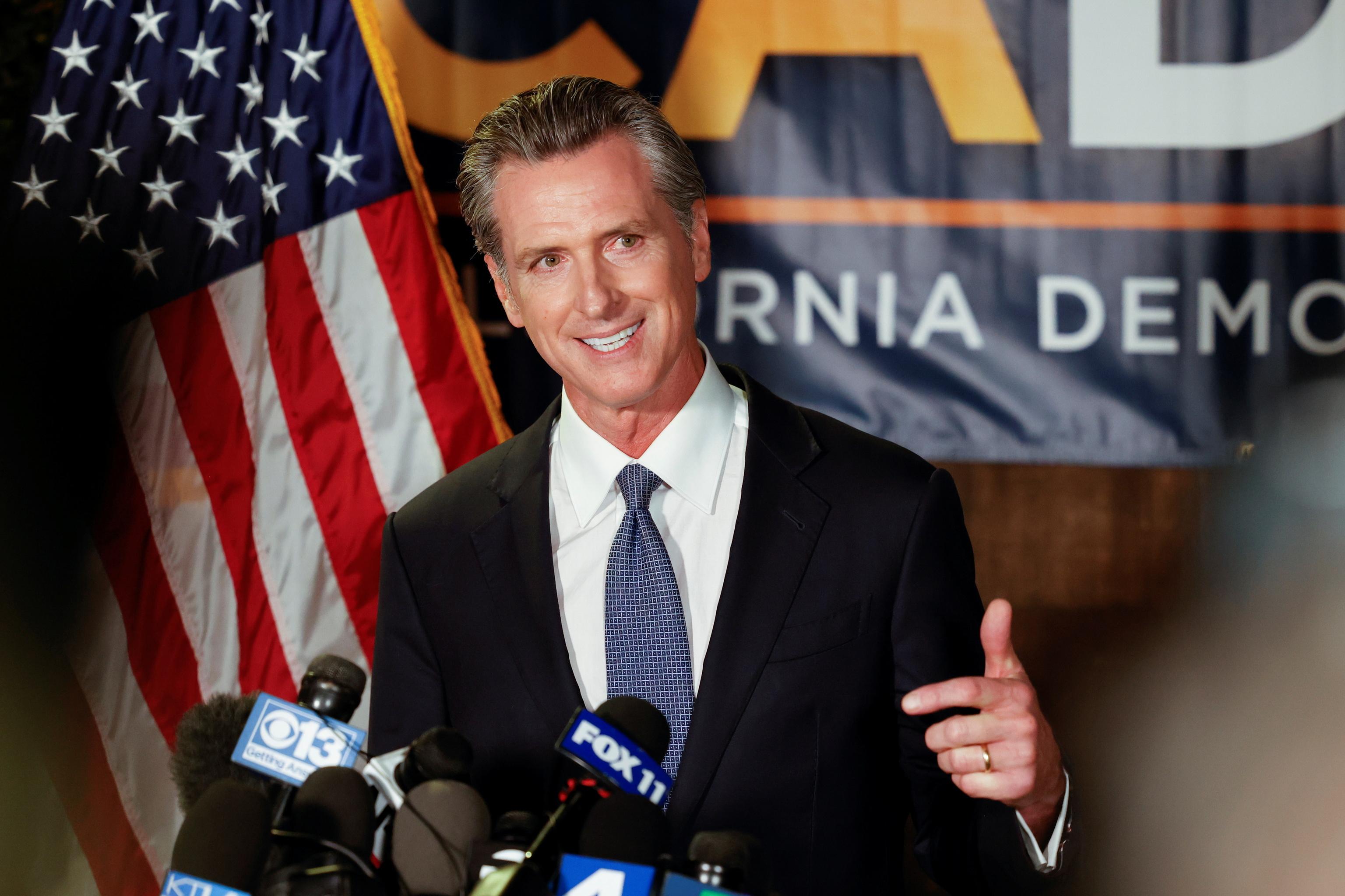 El gobernador de California, Gavin Newsom, se dirige a los medios poco después de cerrar los colegios electorales.