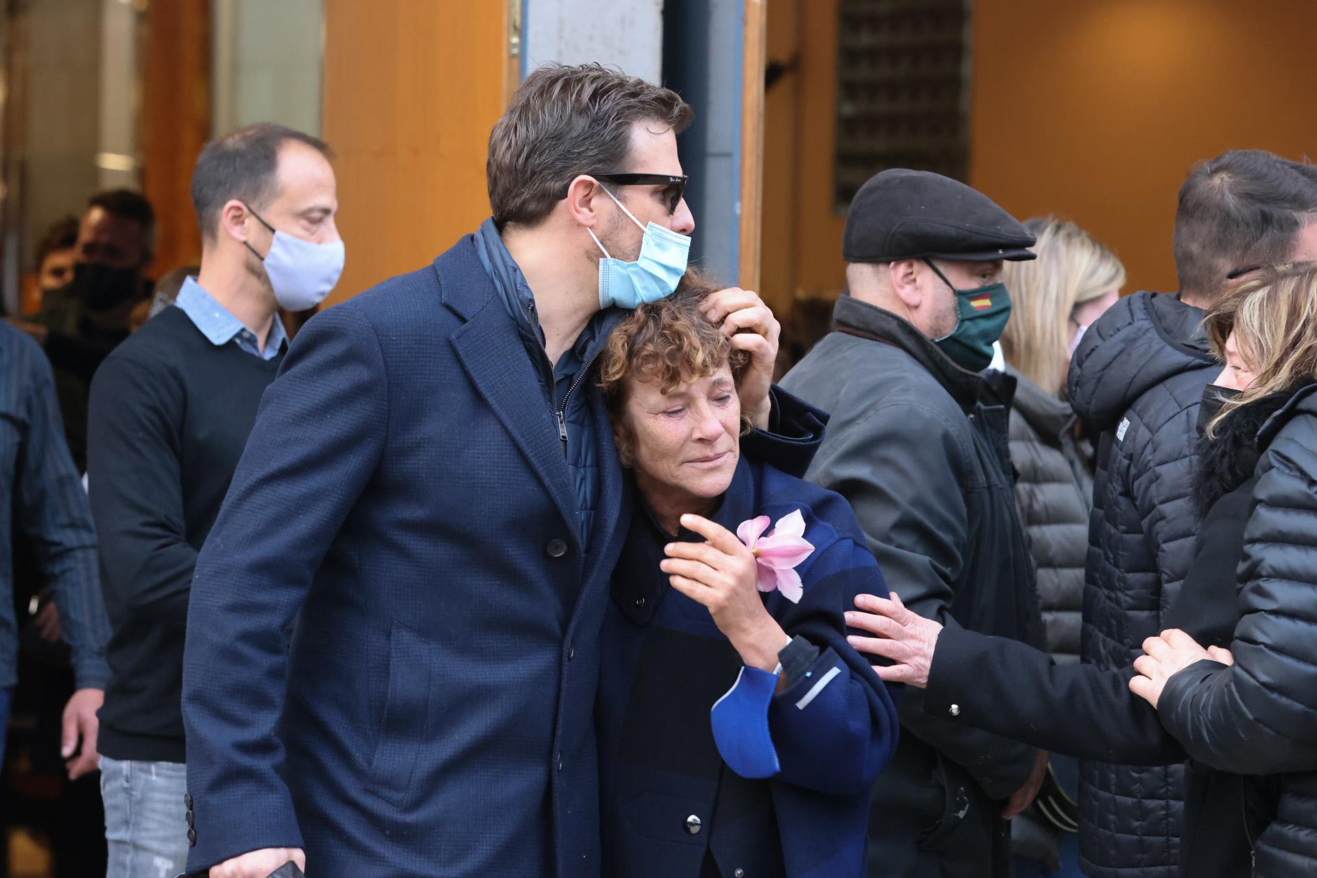 La madre de Álex Casademunt en el entierro de su hijo.