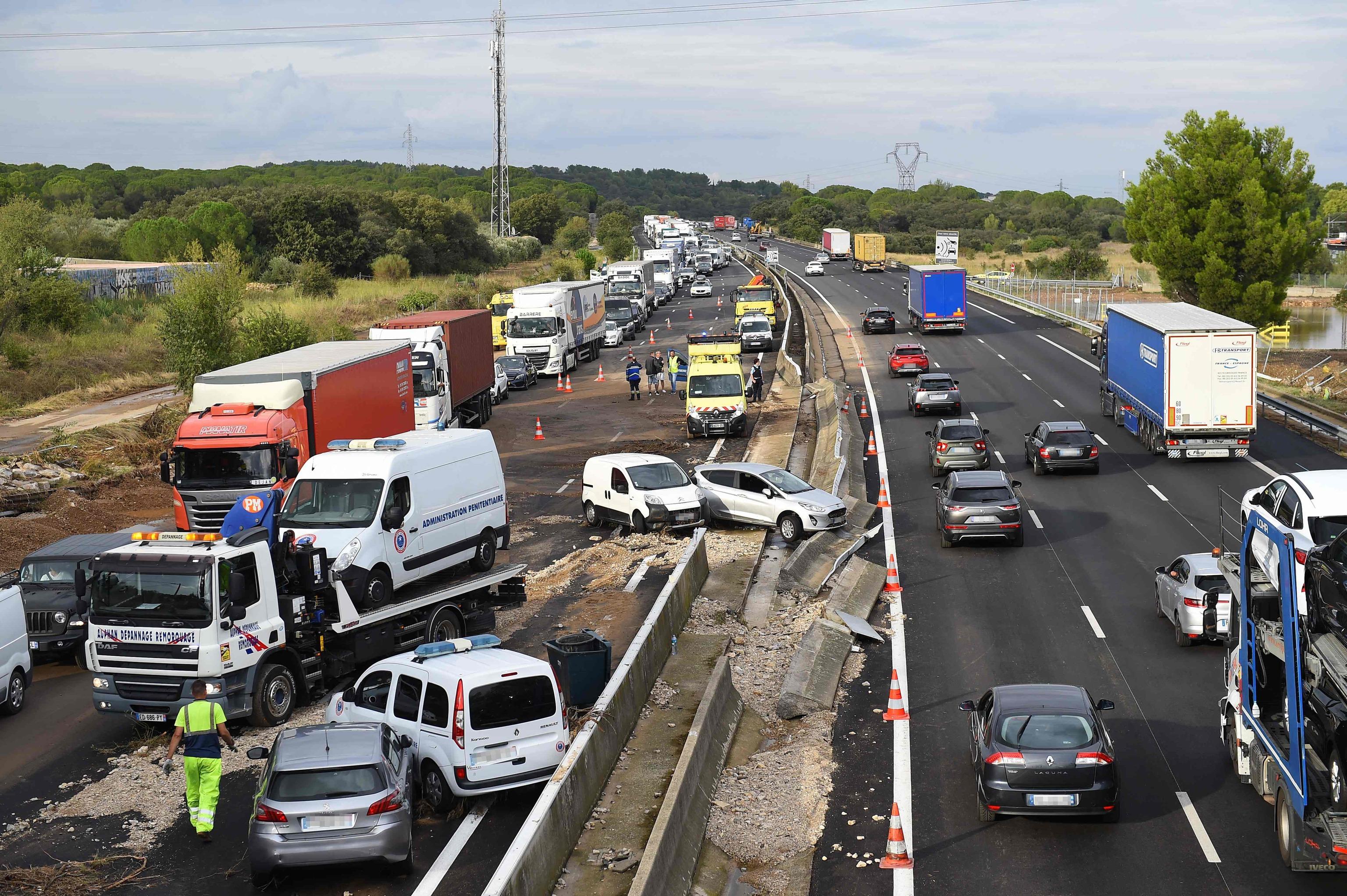 Vehículos colisionados por las inundaciones en Francia.