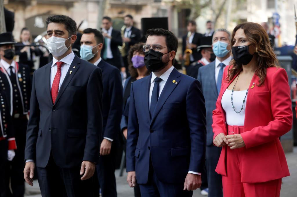 Pere Aragonés (c), acompañado de su vicepresidente, Jordi Puignerò (i), y la consellera de la Presidencia, Laura Vilagrà, durante la Diada.