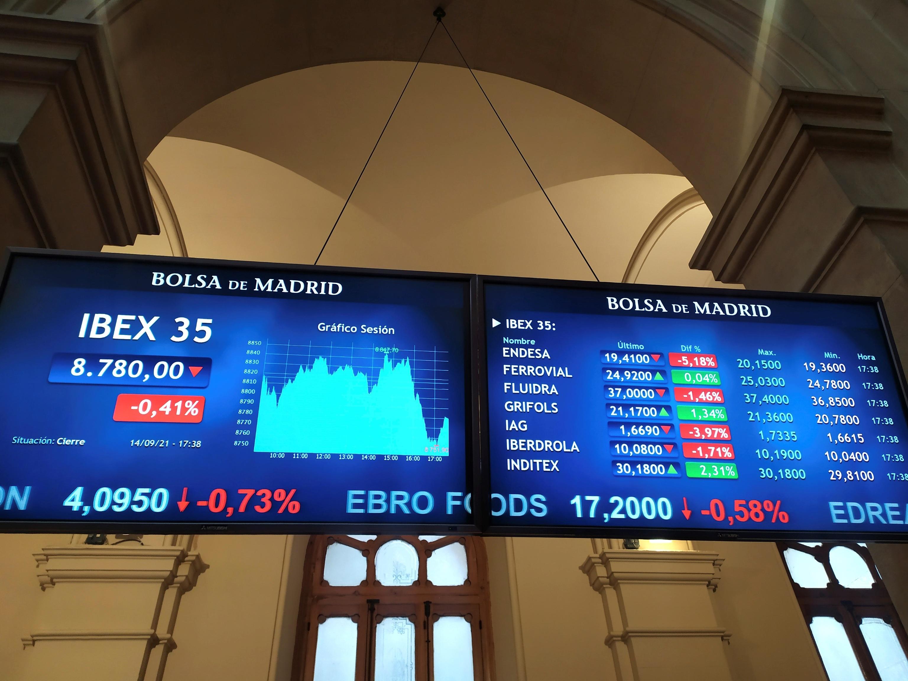 Pantallas de cotización en el Palacio de la Bolsa de Madrid.