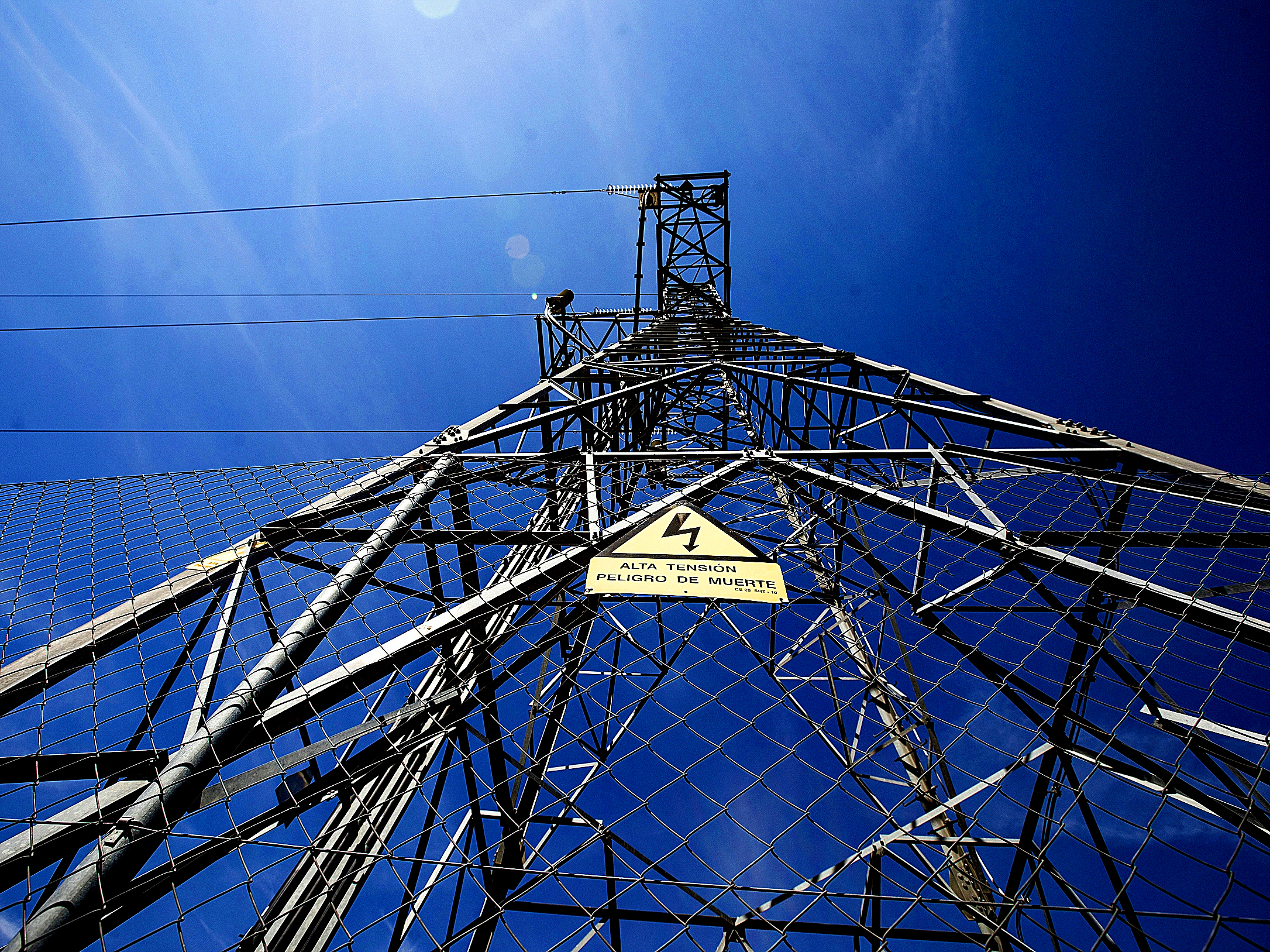 """La guerra de la luz: los analistas alertan del riesgo tras la """"intervención regulatoria"""" y rebajan sus expectativas en las eléctricas"""