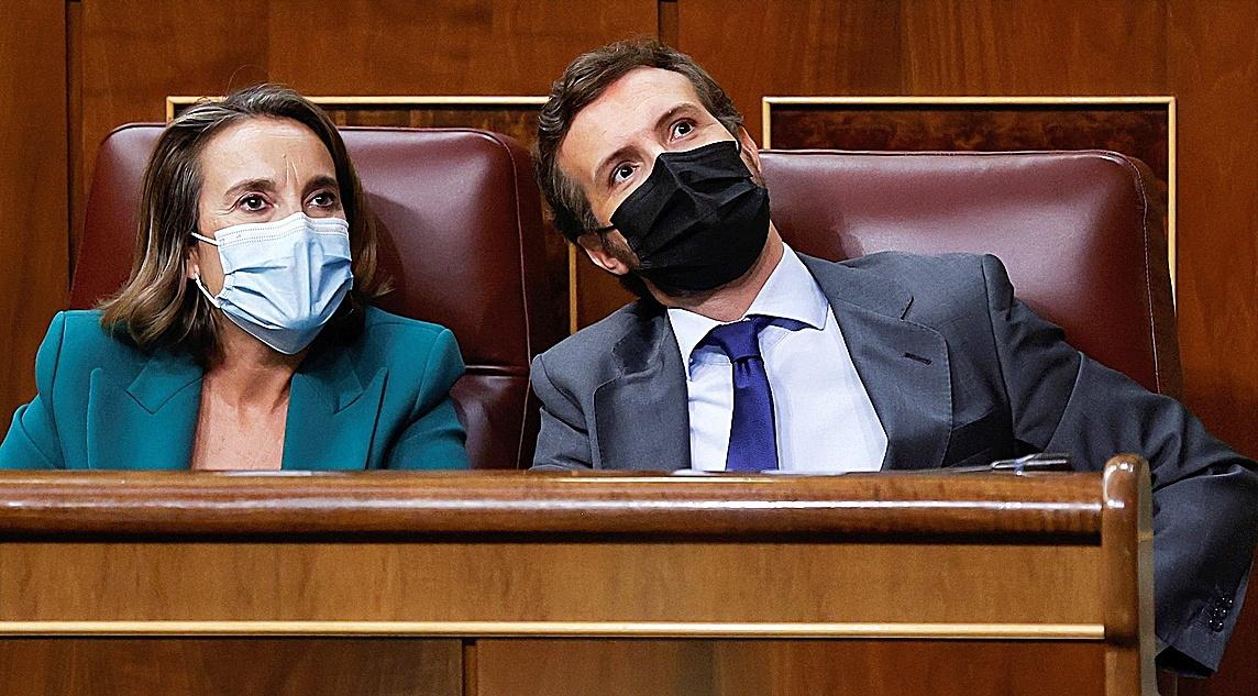 Cuca Gamarra y Pablo Casado, ayer en el pleno del Congreso de los Diputados.