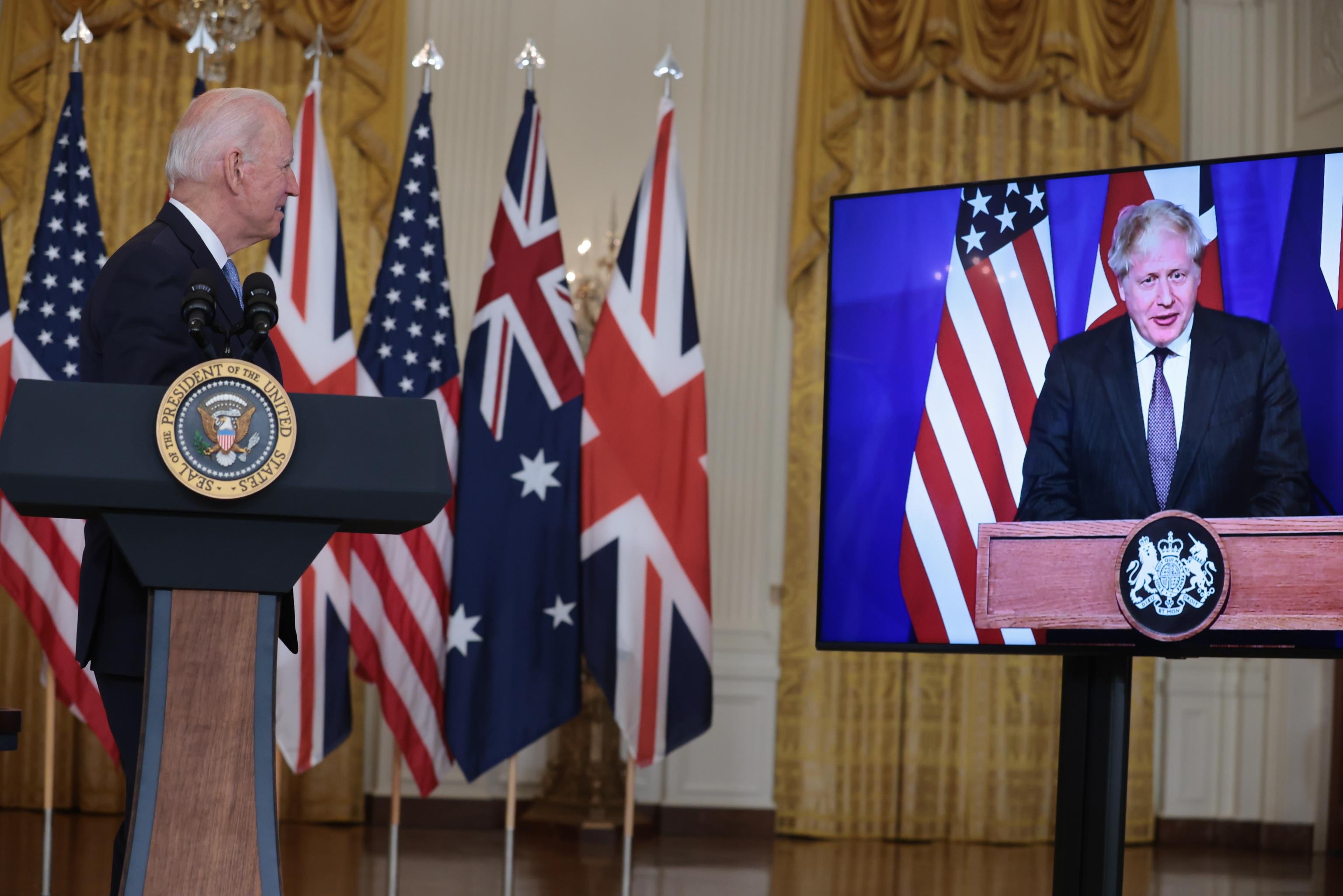Joe Biden habla desde la Casa Blanca sobre el pacto de defensa, junto a la conexión telemática de Boris Johnson y Scott Morrison.